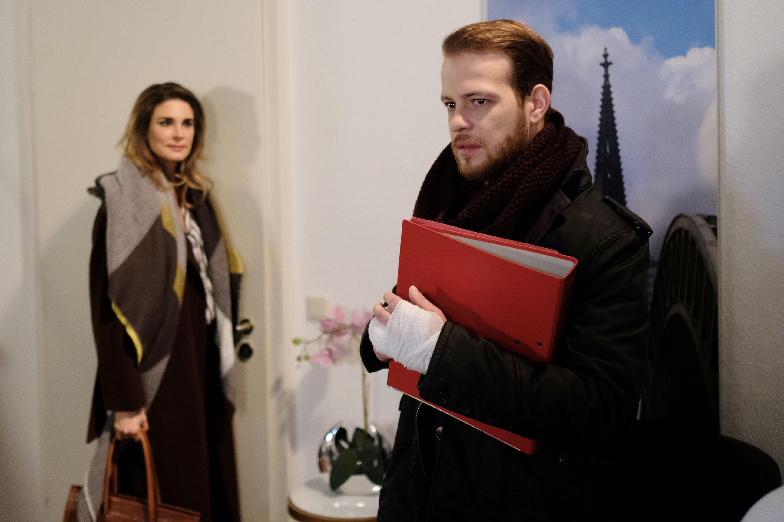 Tobias (Patrick Müller) ist entsetzt, als er mitbekommt, dass Eva (Claudelle Deckert) Kurz nachreisen will... (Quelle: RTL / Stefan Behrens)