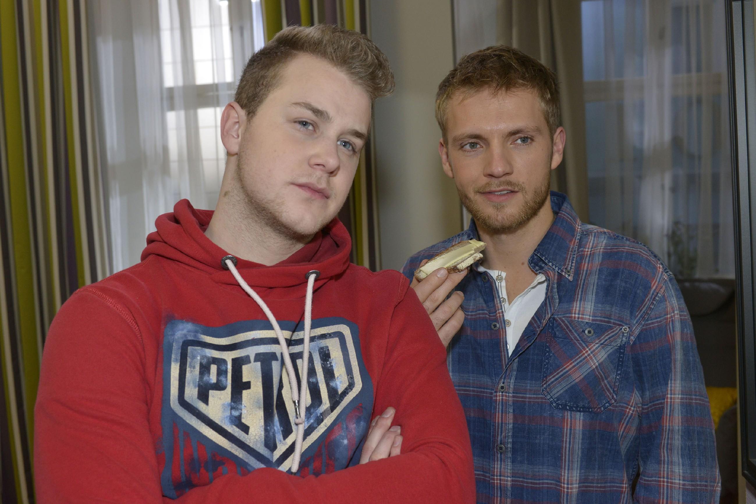 Jonas (Felix van Deventer, l.) und Paul (Niklas Osterloh) glauben zu erkennen, dass Lilly in John verknallt ist. (Quelle: RTL / Rolf Baumgartner)