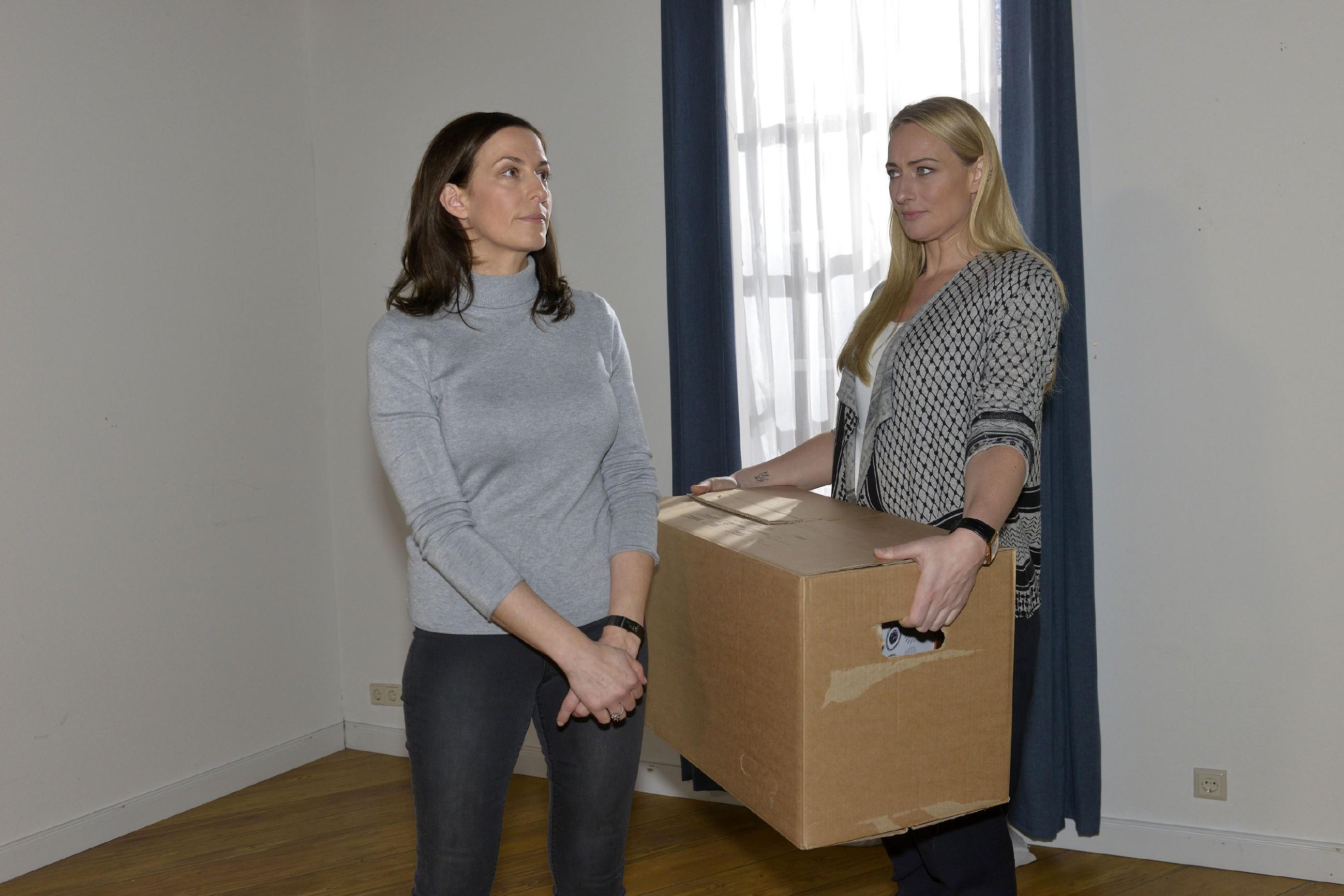 Mit Marens (Eva Mona Rodekirchen, r.) Hilfe findet Katrin (Ulrike Frank) die Kraft, das Zimmer von Till auszuräumen. (Quelle: RTL / Rolf Baumgartner)