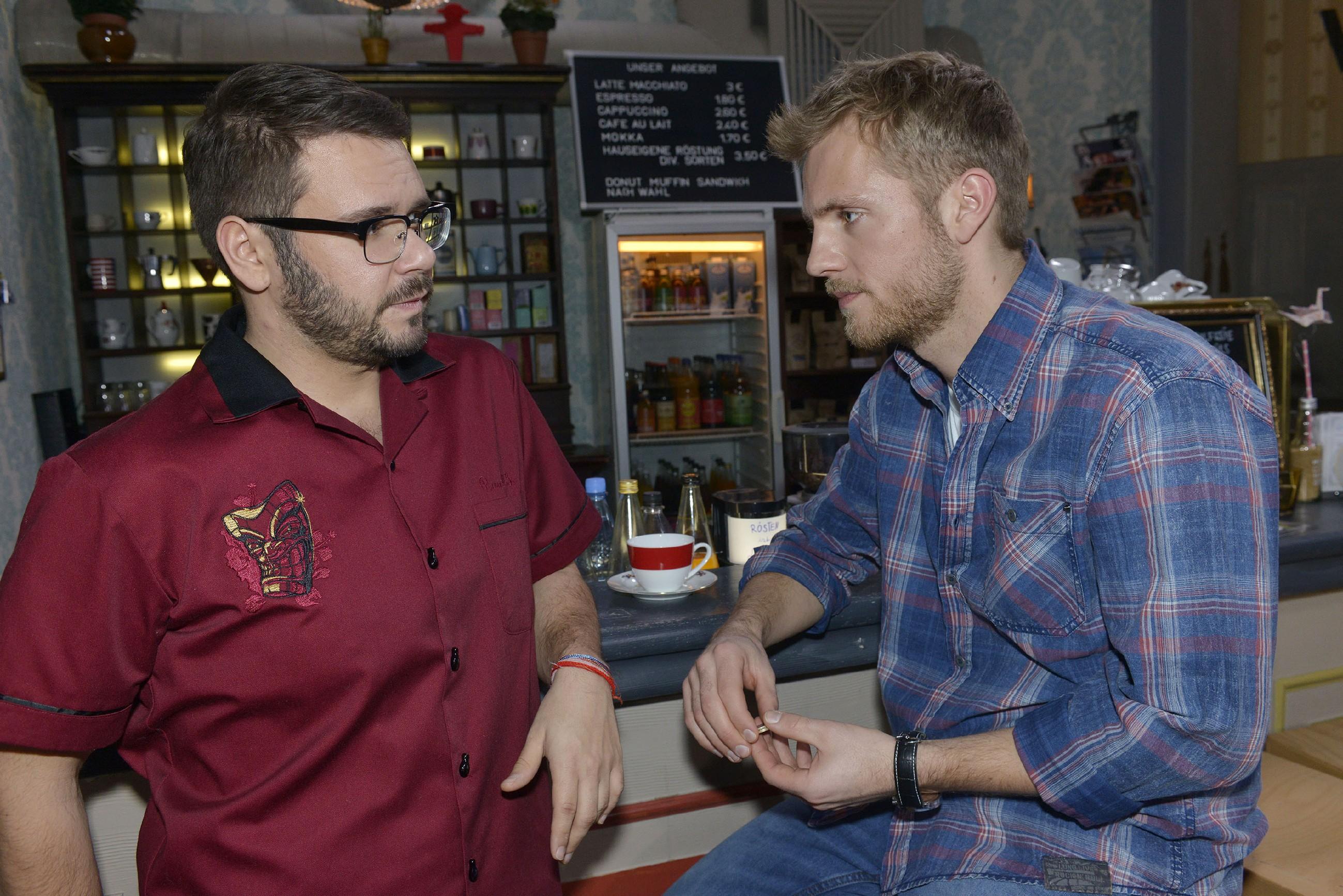 Paul (Niklas Osterloh, r.) rät Tuner (Thomas Drechsel), sich Jule aus dem Kopf zu schlagen. (Quelle: RTL / Rolf Baumgartner)