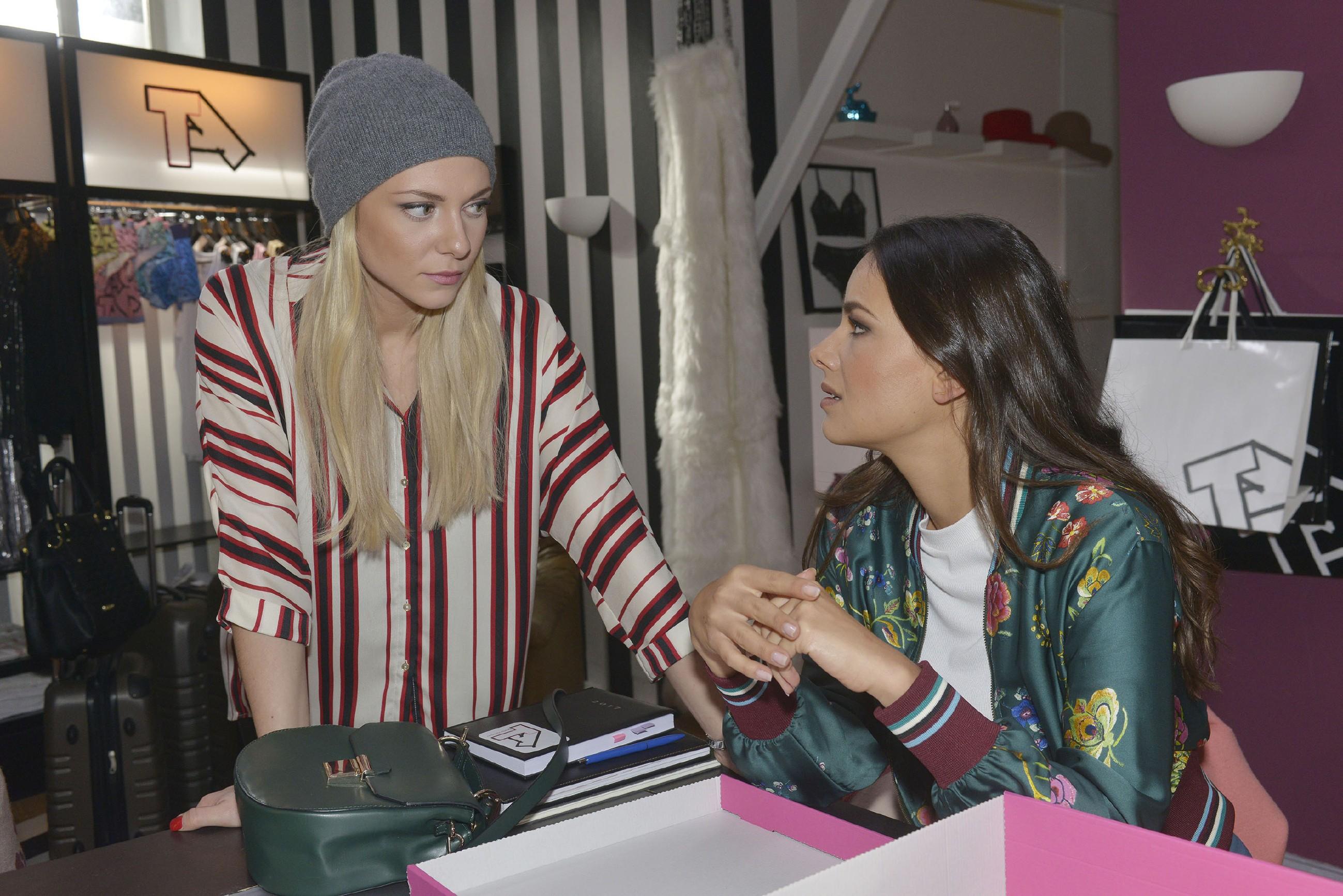 Jasmin (Janina Uhse, r.) rät Sunny (Valentina Pahde), Felix mehr zu vertrauen. (Quelle: RTL / Rolf Baumgartner)