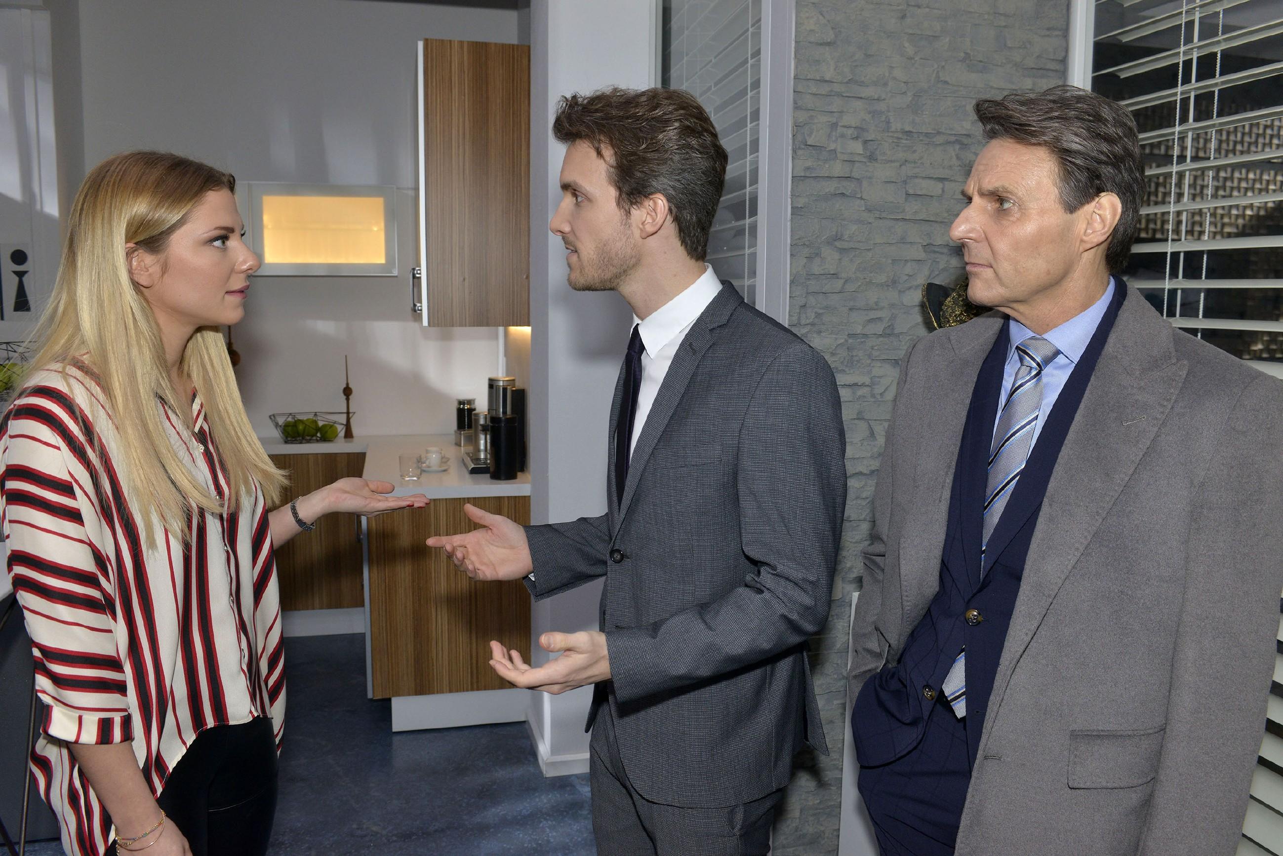 Jo Gerner (Wolfgang Bahro, r.) erkennt, dass die Beziehung zwischen Felix (Thaddäus Meilinger) und Sunny (Valentina Pahde) offenbar noch nicht gefestigt ist. (Quelle: RTL / Rolf Baumgartner)