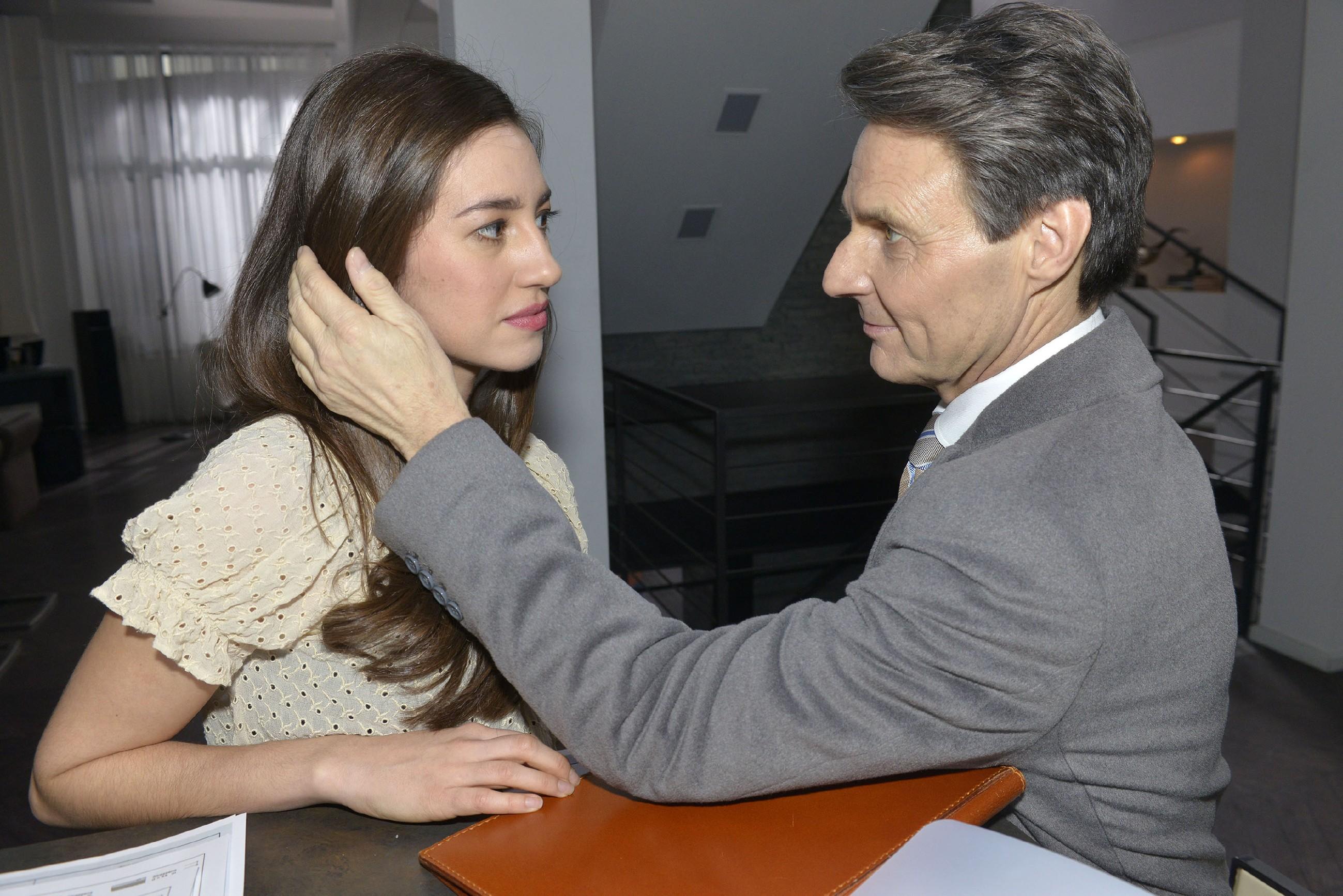 Gerner (Wolfgang Bahro) fällt es zunehmend schwer, sich seiner Anziehung zu Elena (Elena Garcia Gerlach) zu erwehren... (Quelle: RTL / Rolf Baumgartner)