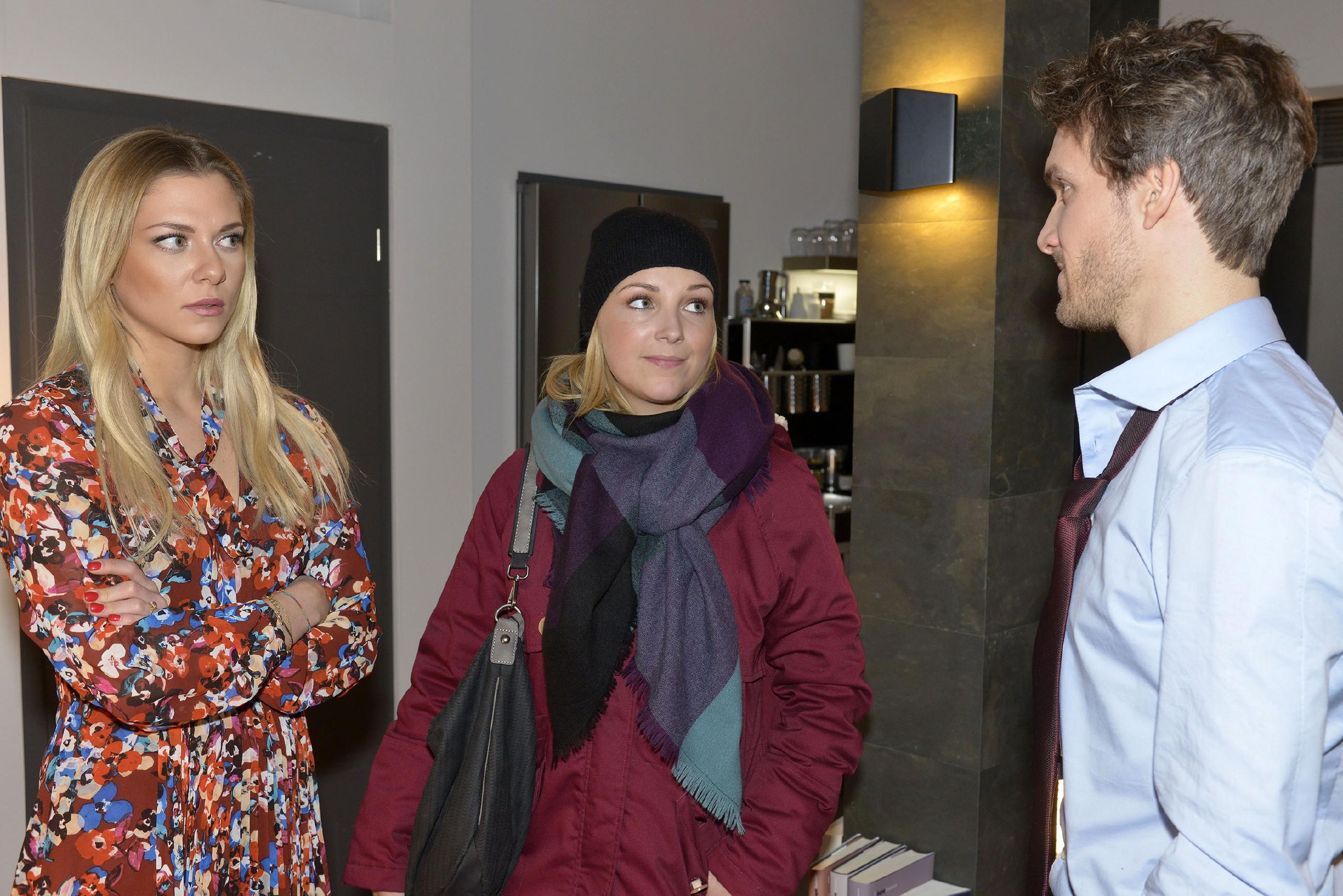 Felix (Thaddäus Meilinger) versucht sich vor Lilly (Iris Mareike Steen) und Sunny (Valentina Pahde, l.) als unschuldig darzustellen. (Quelle: RTL / Rolf Baumgartner)