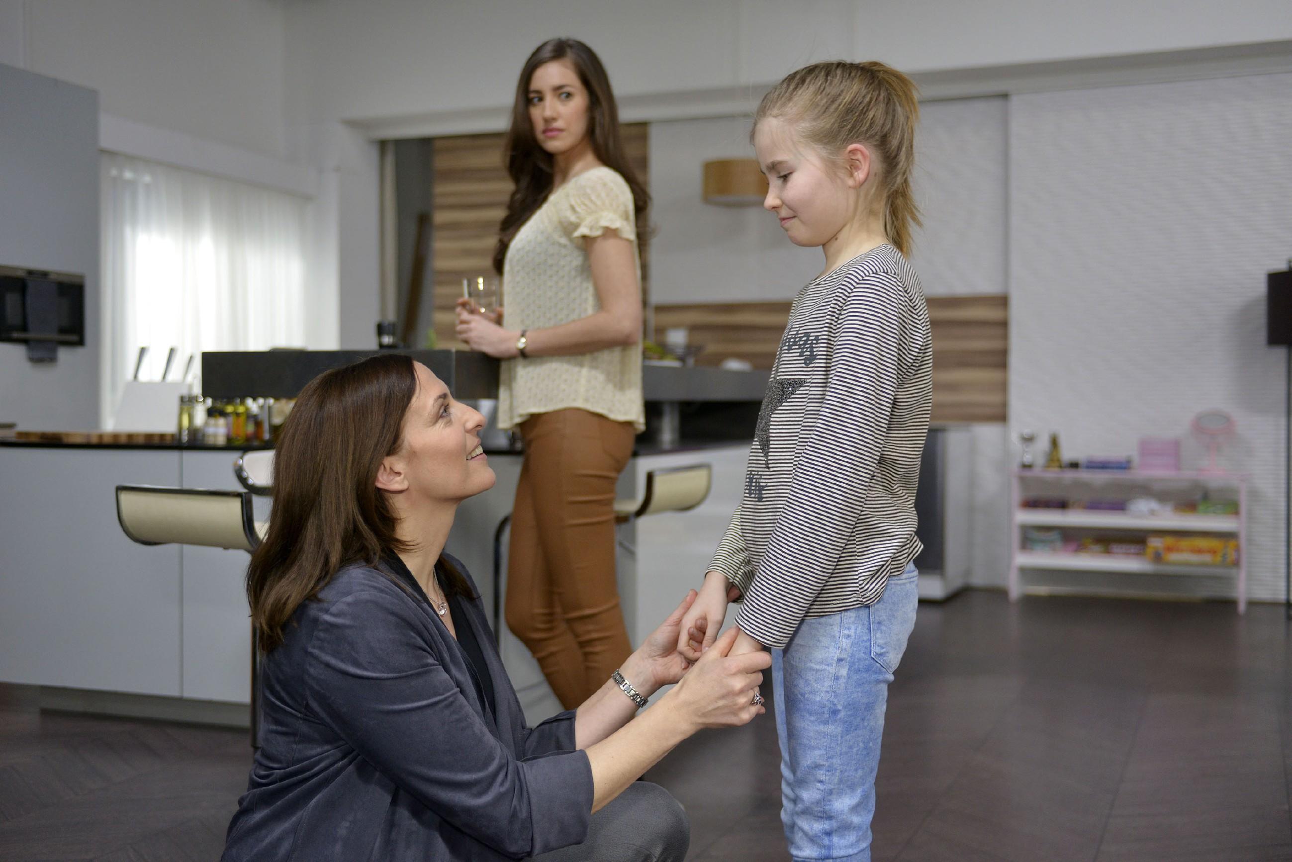 Elena (Elena Garcia Gerlach, M.) hofft, dass Johanna sich vor Katrin (Ulrike Frank, l.) nicht über ihre Gefühle zu Gerner auslässt. (Quelle: RTL / Rolf Baumgartner)