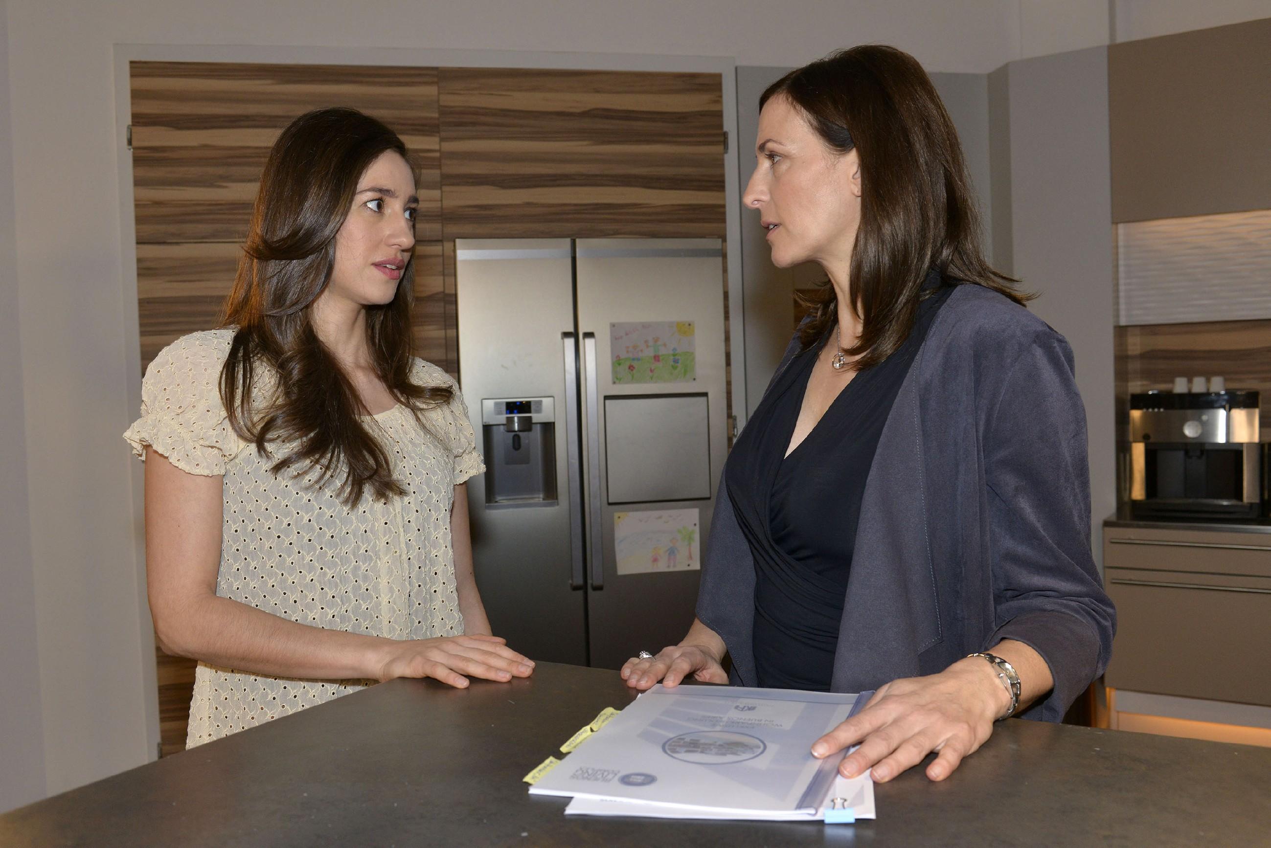 Elena (Elena Garcia Gerlach, l.) ist überrascht, dass ausgerechnet Katrin (Ulrike Frank) ihr rät, ihre Gefühle für Gerner nicht zu unterdrücken. (Quelle: RTL / Rolf Baumgartner)