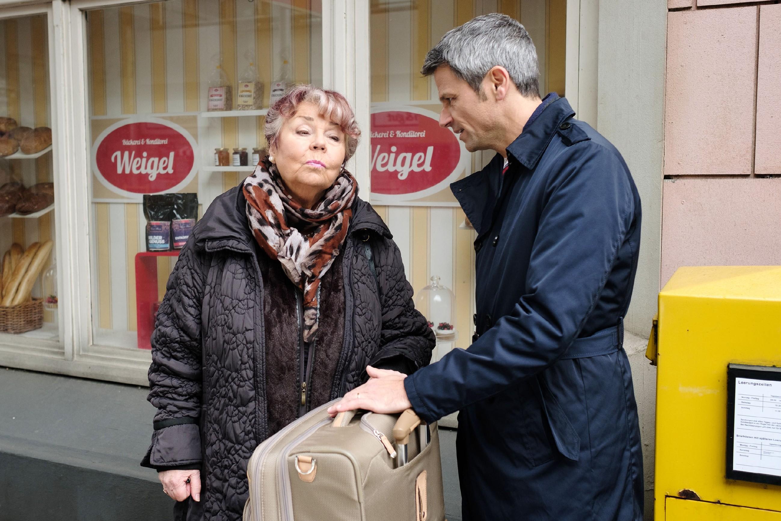 Benedikt (Jens Hajek) beichtet Roswitha (Andrea Brix) seine wahren Geldprobleme und blitzt dennoch erneut ab... (Quelle: RTL / Stefan Behrens)