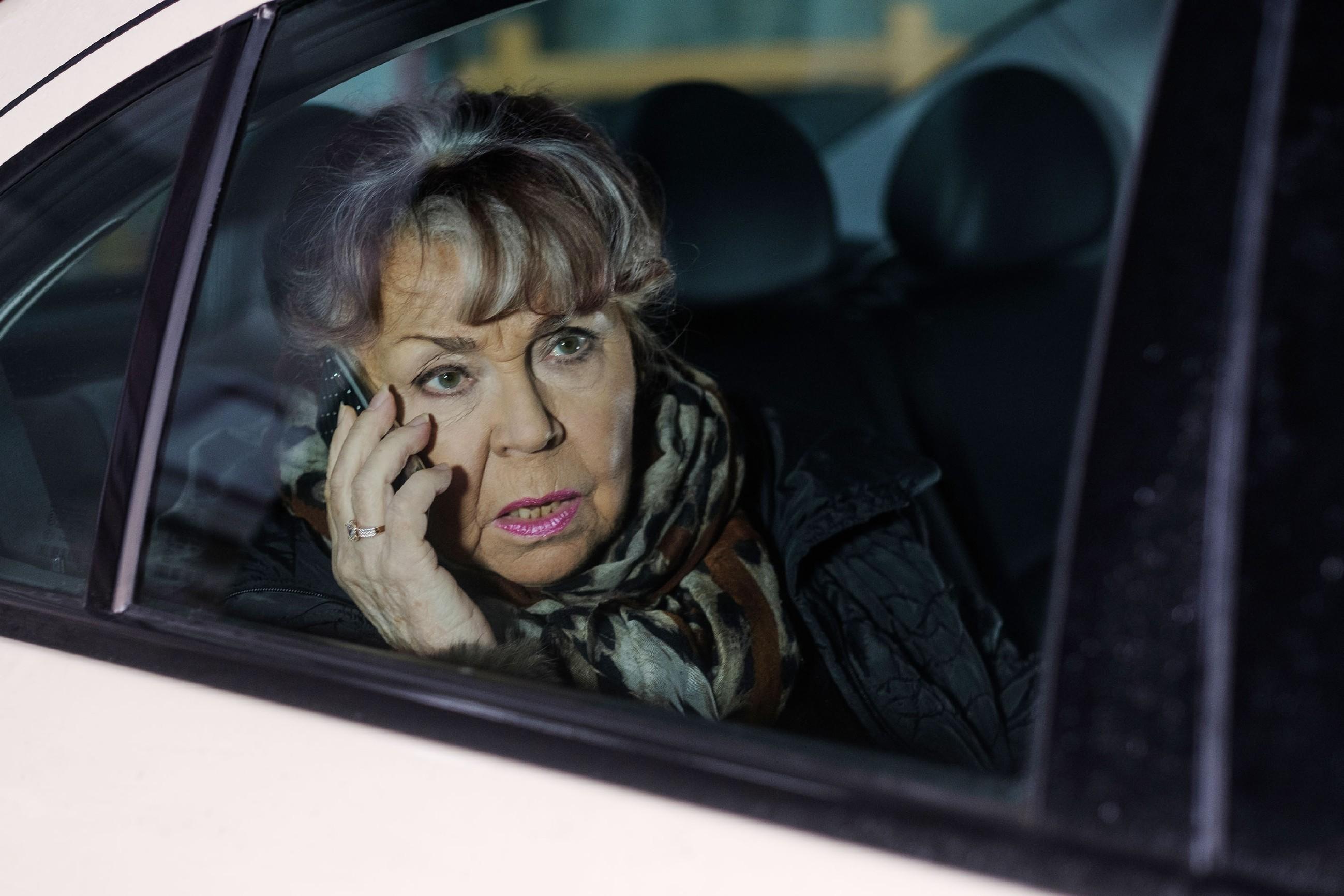 Roswitha (Andrea Brix) weiht Robert in Benedikts drohende Pleite ein. (Quelle: RTL / Stefan Behrens)