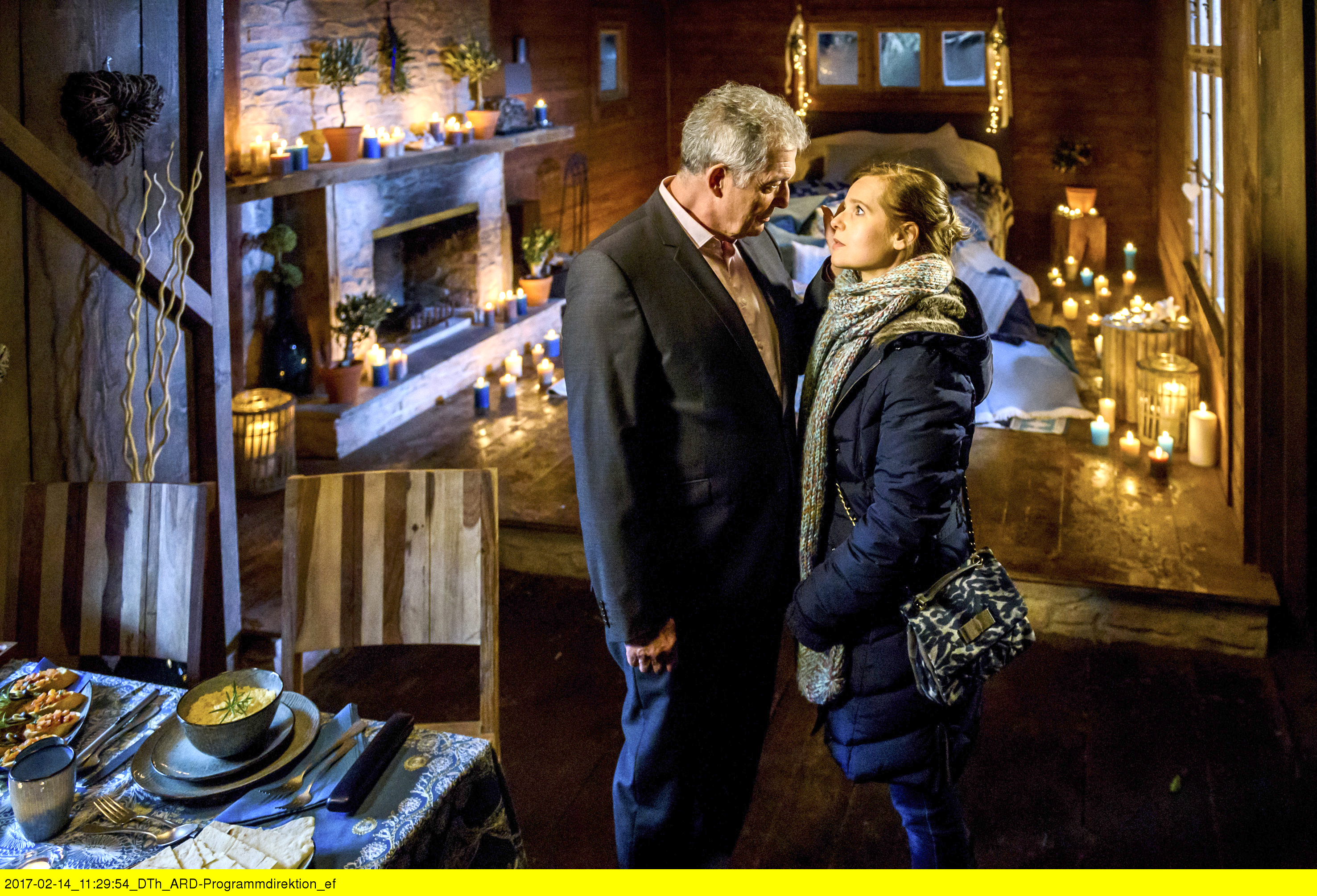 ARD STURM DER LIEBE FOLGE 2655, am Montag (27.03.17) um 15:10 Uhr im ERSTEN. André (Jochim Lätsch, l.) trifft sich mit Melli (Bojana Golenac, r.) in der Romantikhütte, die er extra im sardischen Stil hat schmücken lassen. (Quelle: ARD/Christof Arnold)