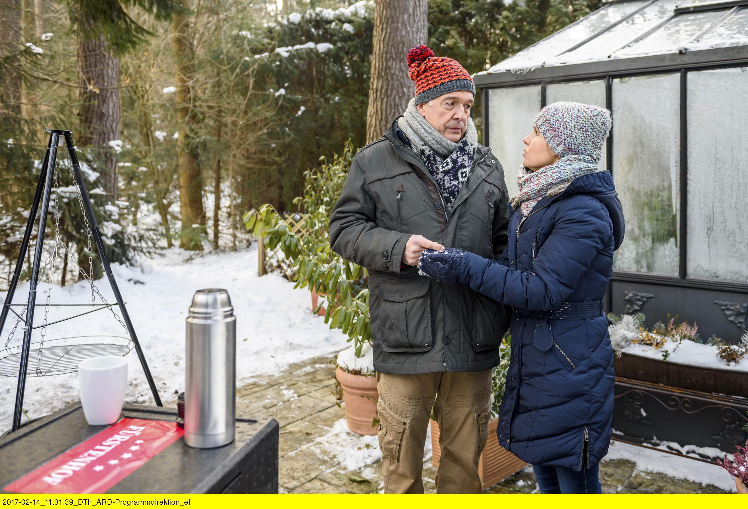 ARD STURM DER LIEBE FOLGE 2658, am Donnerstag (30.03.17) um 15:10 Uhr im ERSTEN. André (Joachim Lätsch l) beichtet Melli (Bojana Golenac, r.), dass er sich vor Gertis Voodoo-Zauber fürchtet. (Quelle: ARD/Christof Arnold)