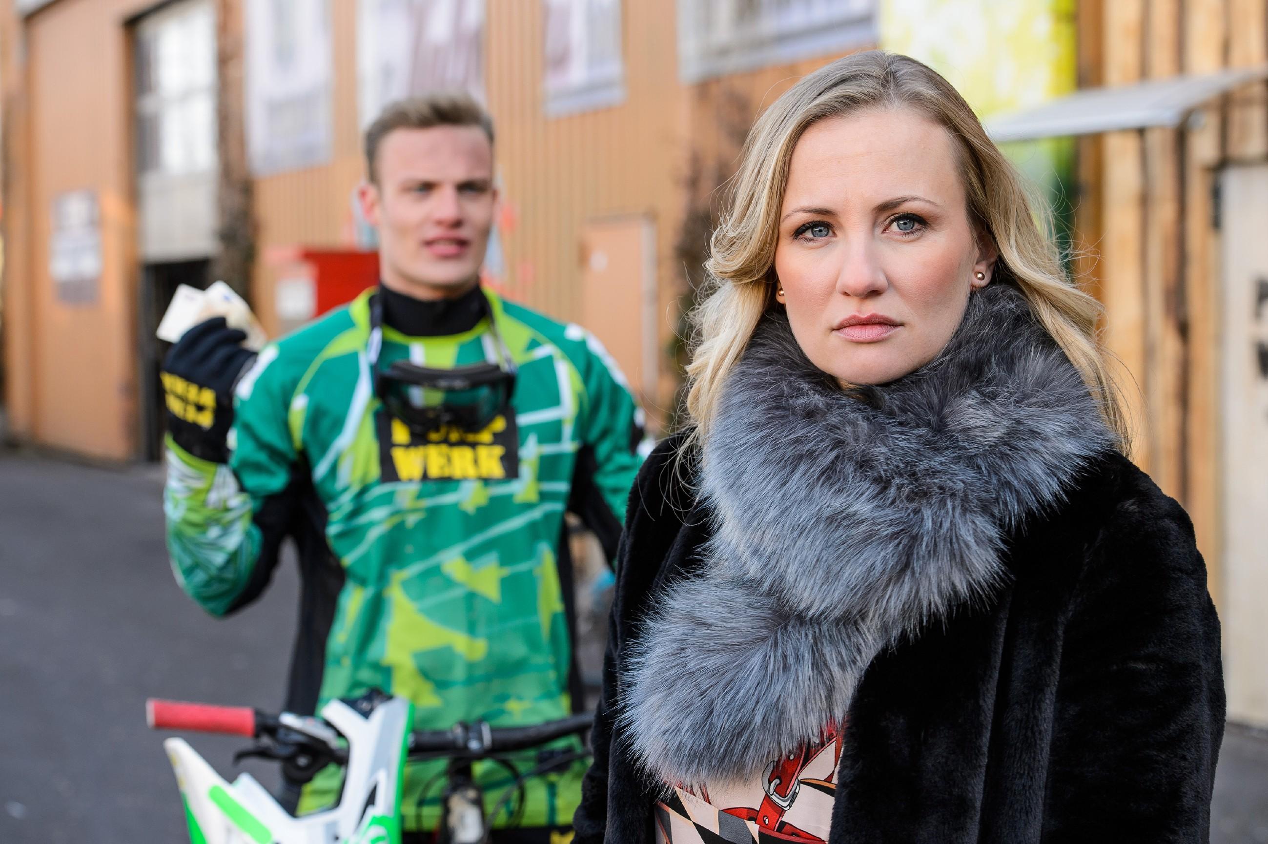 Isabelle (Ania Niedieck) lässt Tims (Robert Maaser) Vorwurf, ohne sein Einverständnis seinen Bulli verkauft zu haben, souverän an sich abtropfen.