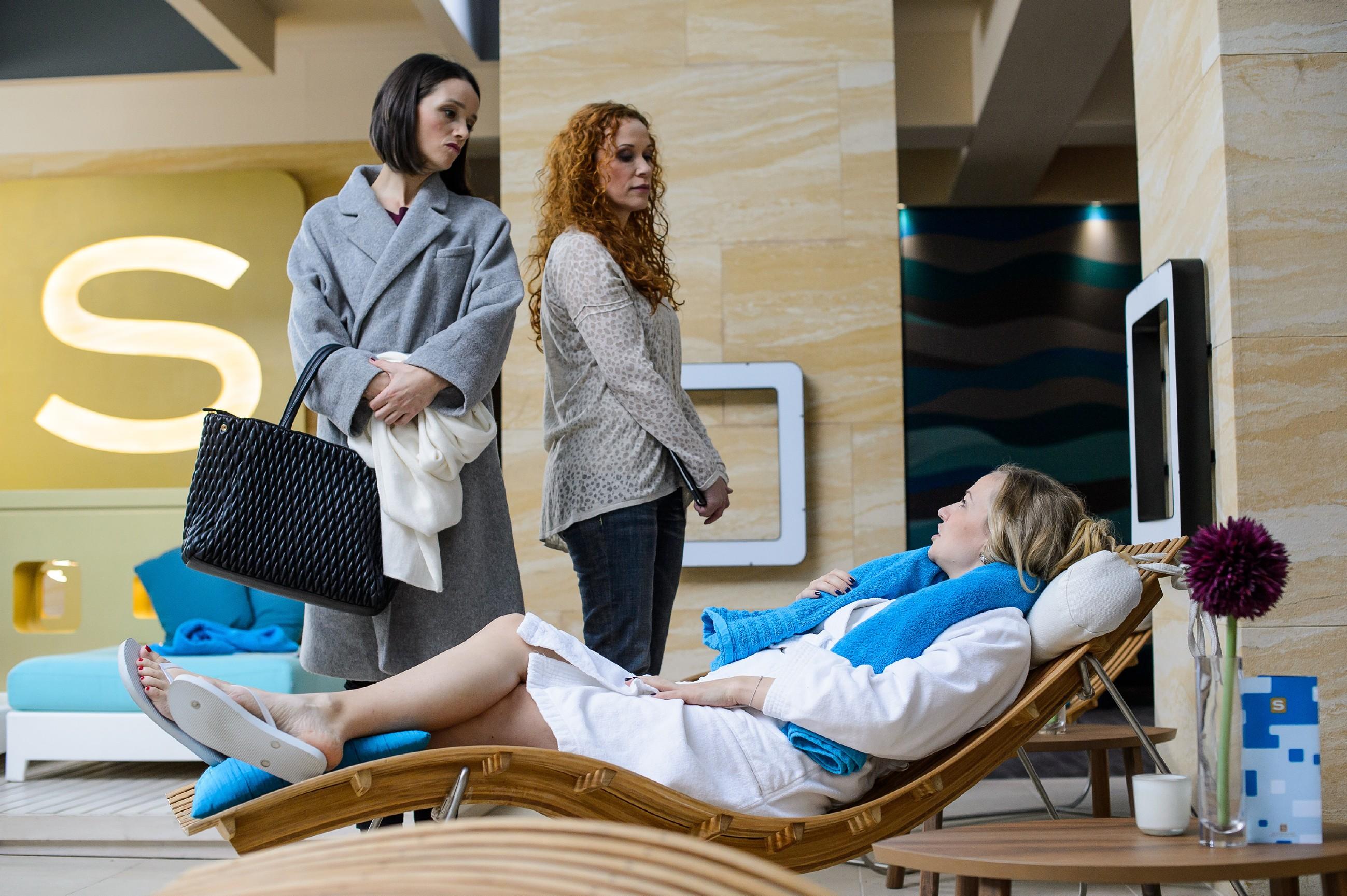 Isabelle (Ania Niedieck, r.) lässt Jenny (Kaja Schmidt-Tychsen, l.) in Gegenwart von Brigitte (Madlen Kaniuth) siegesgewiss auflaufen.