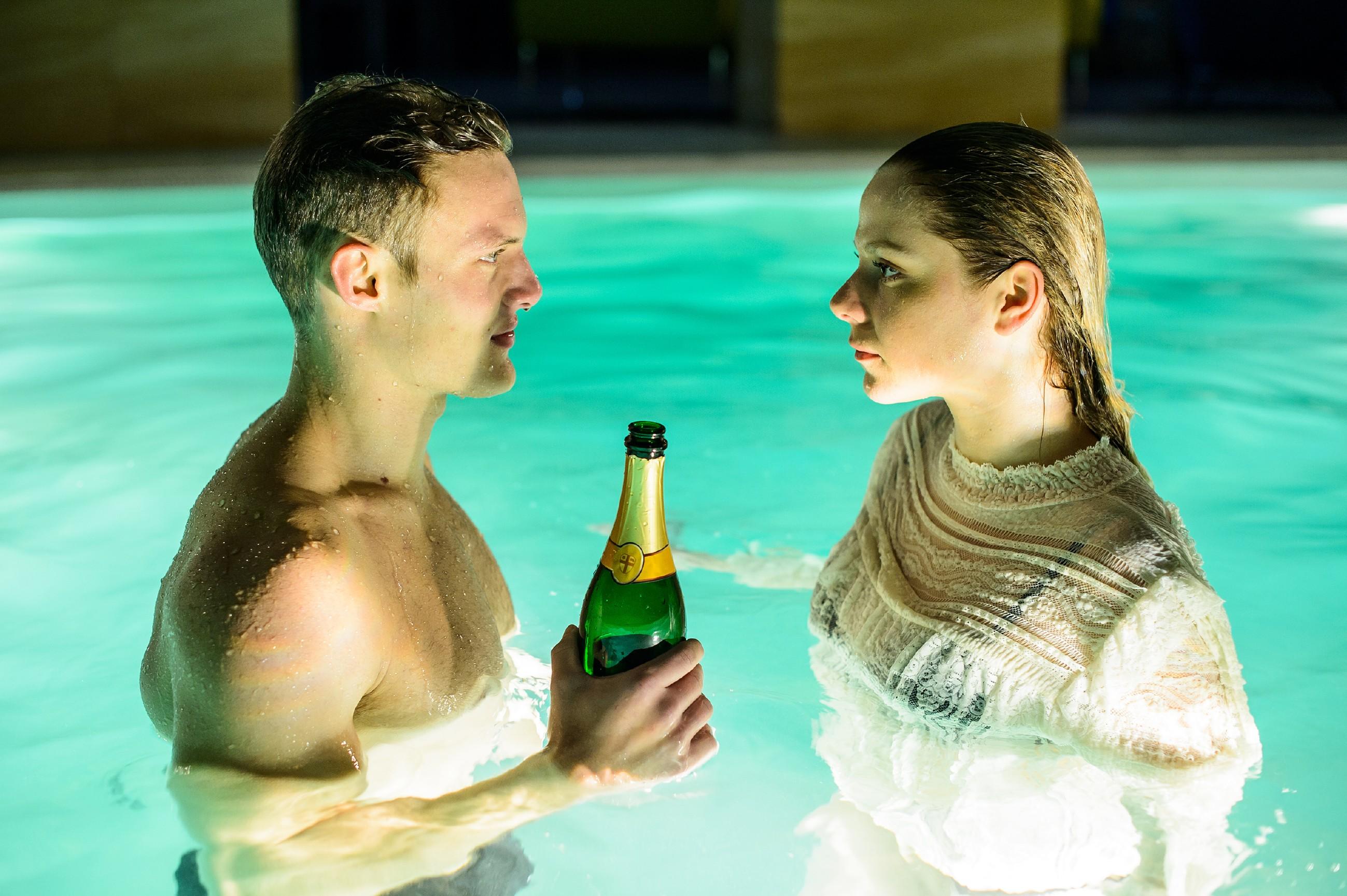 """Die ausgelassene Stimmung bei der Poolparty lässt es zwischen Tim (Robert Maaser) und Marie (Cheyenne Pahde) """"brizzeln""""..."""
