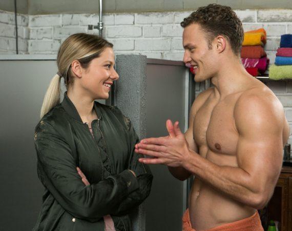 Marie (Cheyenne Pahde) entdeckt überrascht eine einfühlsame Seite an Tim (Robert Maaser).