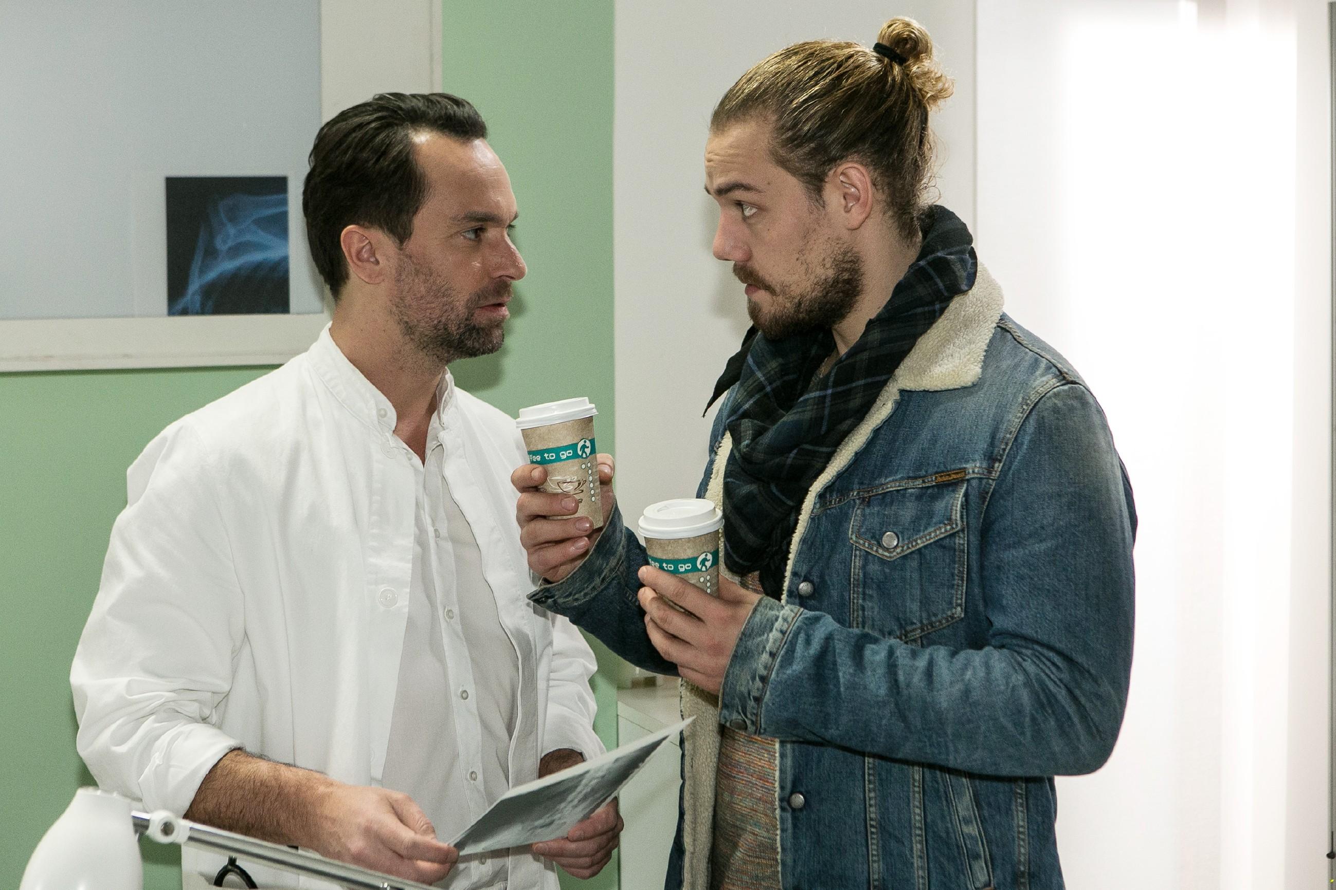 Leo (Julian Bayer, r.) sucht Thomas (Daniel Brockhaus) auf und muss schnell erkennen, dass er sein Malheur selber glatt bügeln muss.