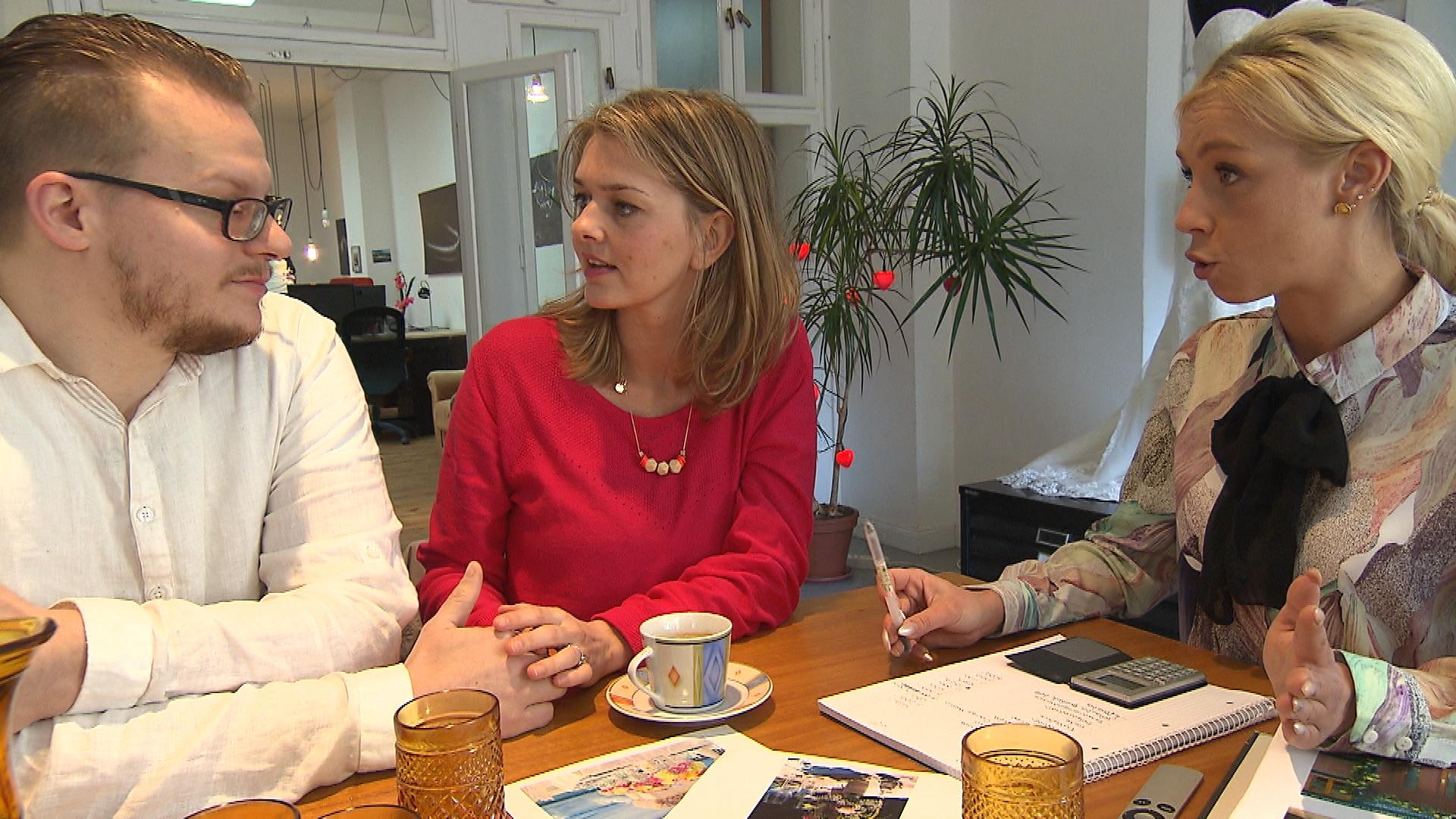 """An ihrem ersten Arbeitstag in der Wedding Agentur trifft Peggy sich mit Kunden und vergisst prompt ihre Schicht in der """"Schnitte"""". (Quelle: RTL 2)"""