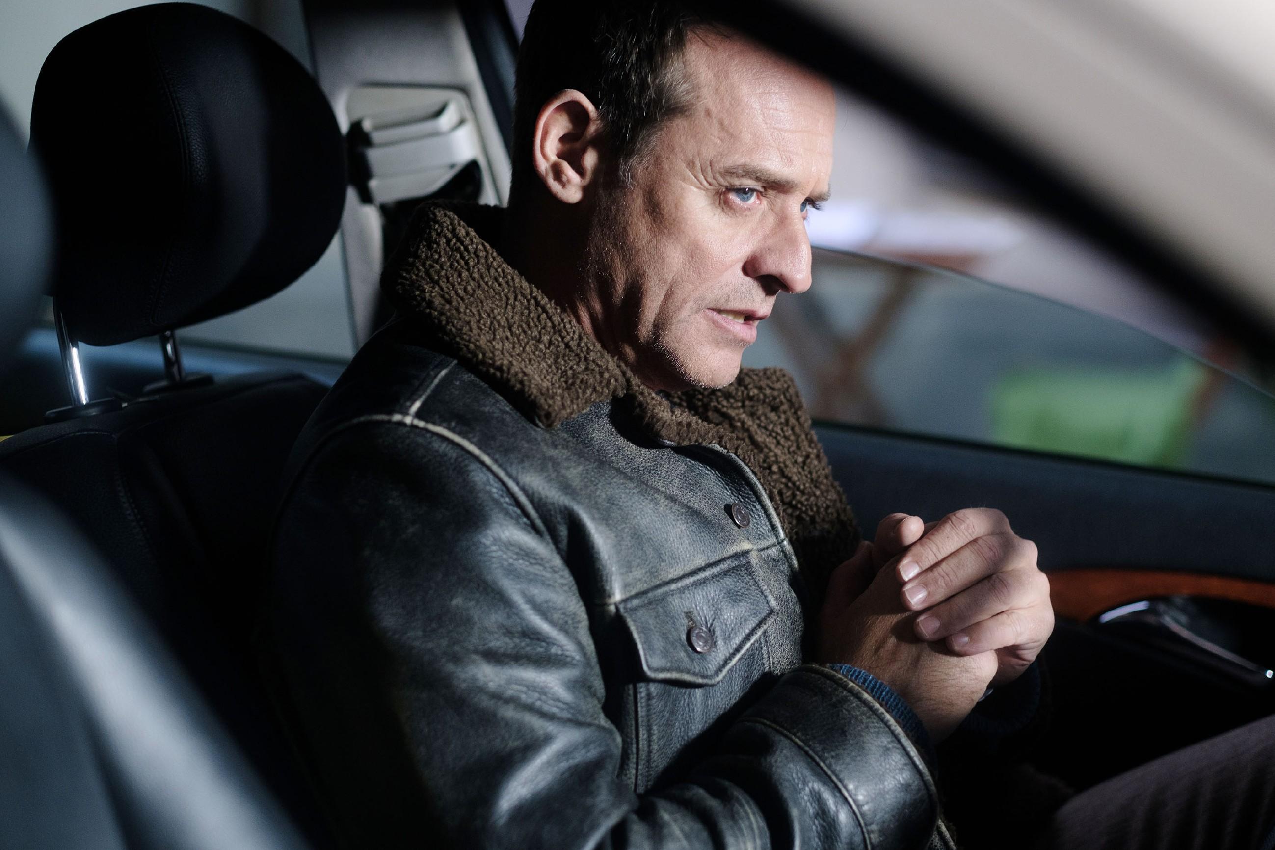 Rufus (Kai Noll) will möglichst schnell den Führerschein und den Taxifahrerschein zurückbekommen, doch als er sich probehalber hinter das Steuer seines Taxis setzt, packt ihn eine irritierende Beklemmung... (Quelle: RTL / Stefan Behrens)