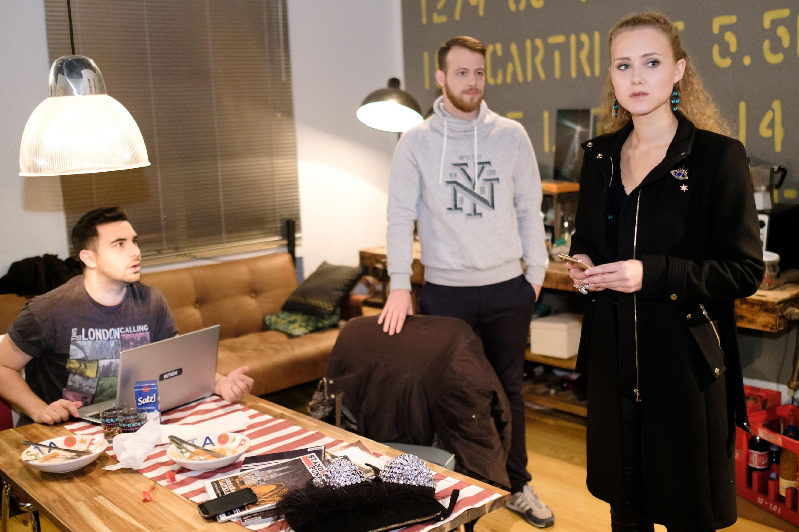 KayC (Pauline Angert) wird im Beisein von Easy (Lars Steinhöfel, l.) und Tobias (Patrick Müller) klar, dass sie Elli über Pacos Situation aufklären muss. (Quelle: RTL / Stefan Behrens)