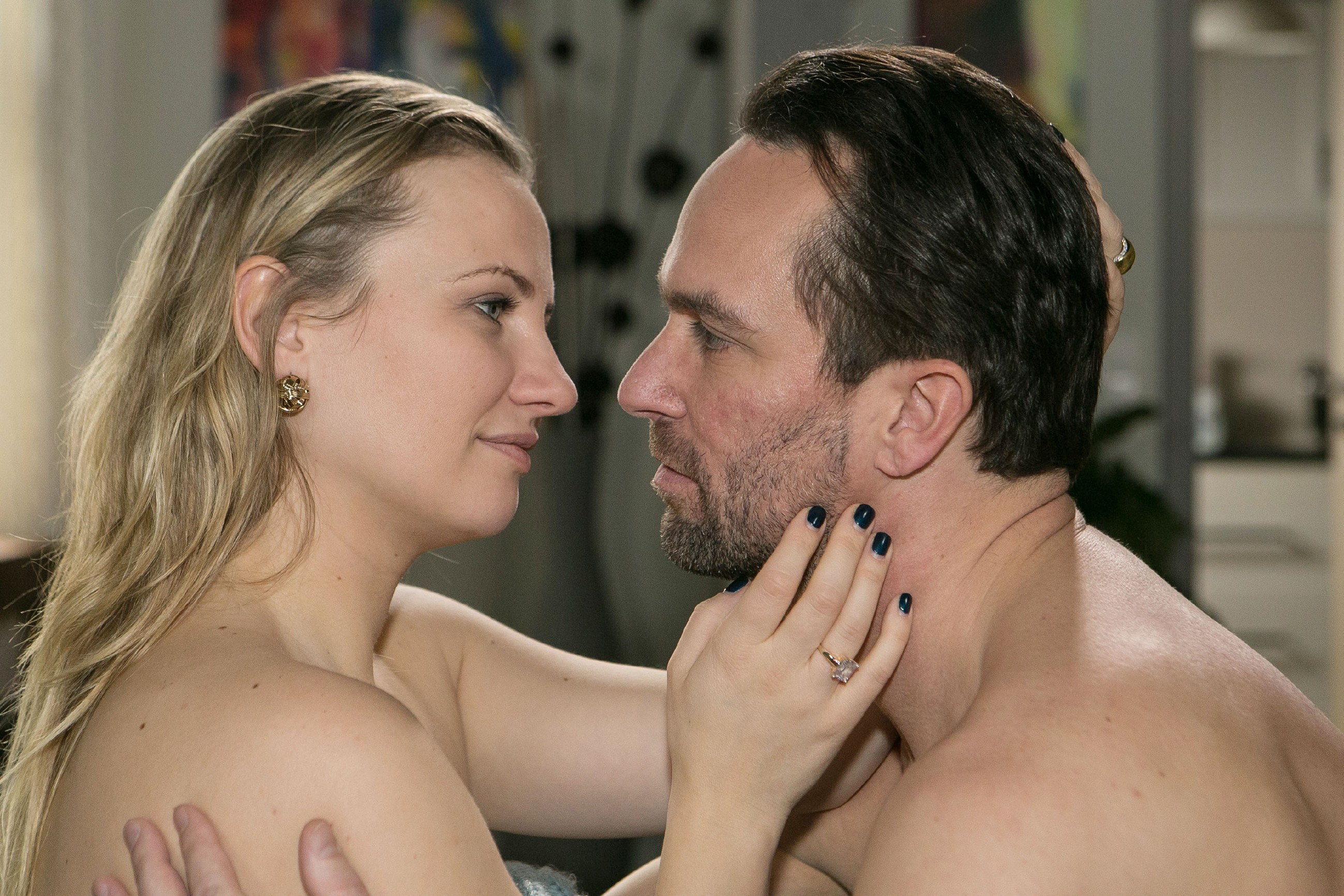 Thomas (Daniel Brockhaus) findet nach Leos Abschied Halt bei Isabelle (Ania Niedieck)... (Quelle: RTL / Kai Schulz)