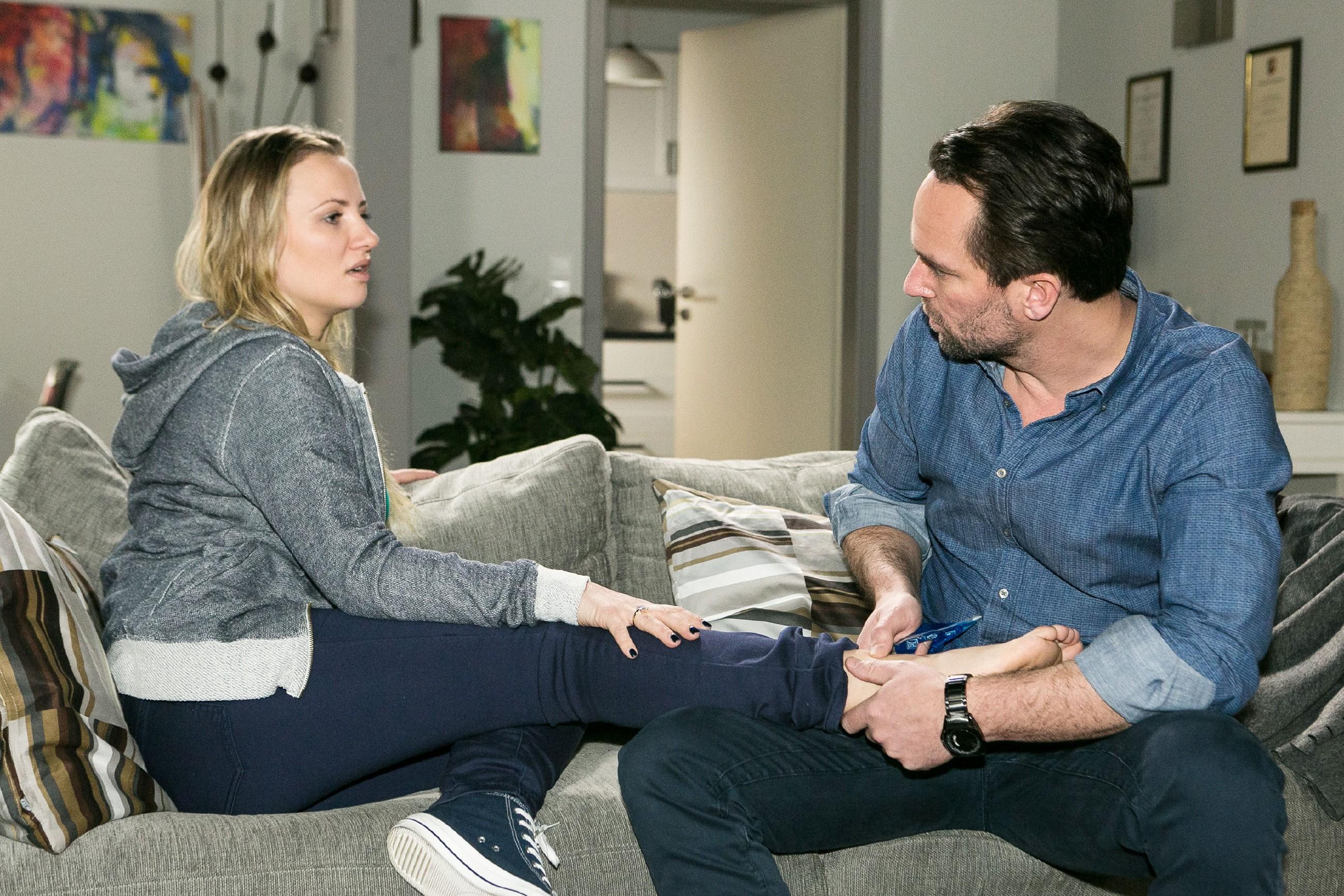 Thomas (Daniel Brockhaus) begutachtet Isabelles (Ania Niedieck) verletzten Fuß und bekommt so die Chance, ihr wieder näher zu kommen... (Quelle: RTL / Kai Schulz)