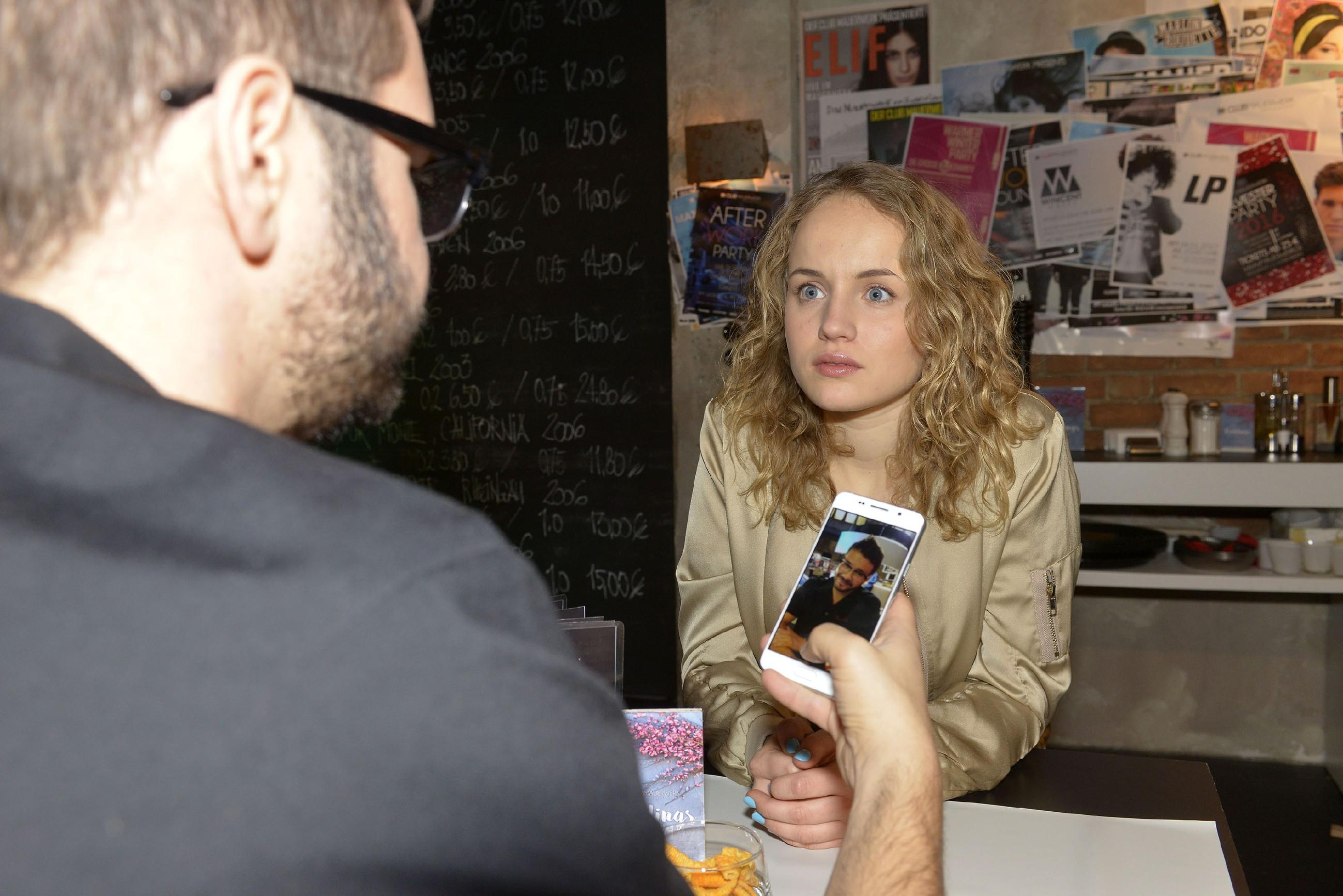Jule (Luise von Finckh) ist geschockt, als ihr Lüge in Bezug auf den Unfall vor Tuner (Thomas Drechsel) auffliegt... (Quelle: RTL / Rolf Baumgartner)