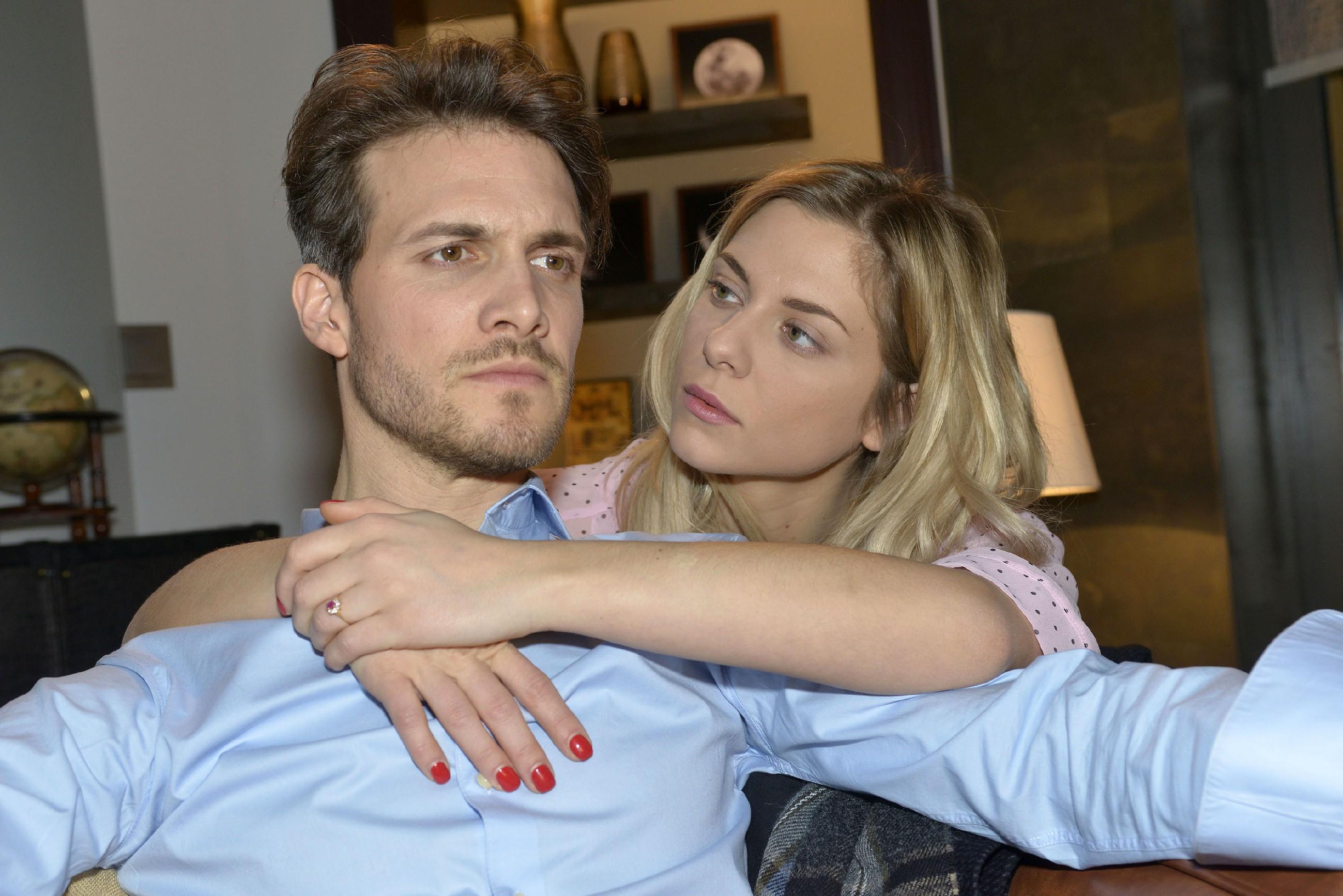 Felix (Thaddäus Meilinger) gerät unter Druck, als er über Sunny (Valentina Pahde) von Chris' Alibi erfährt. (Quelle: RTL / Rolf Baumgartner)