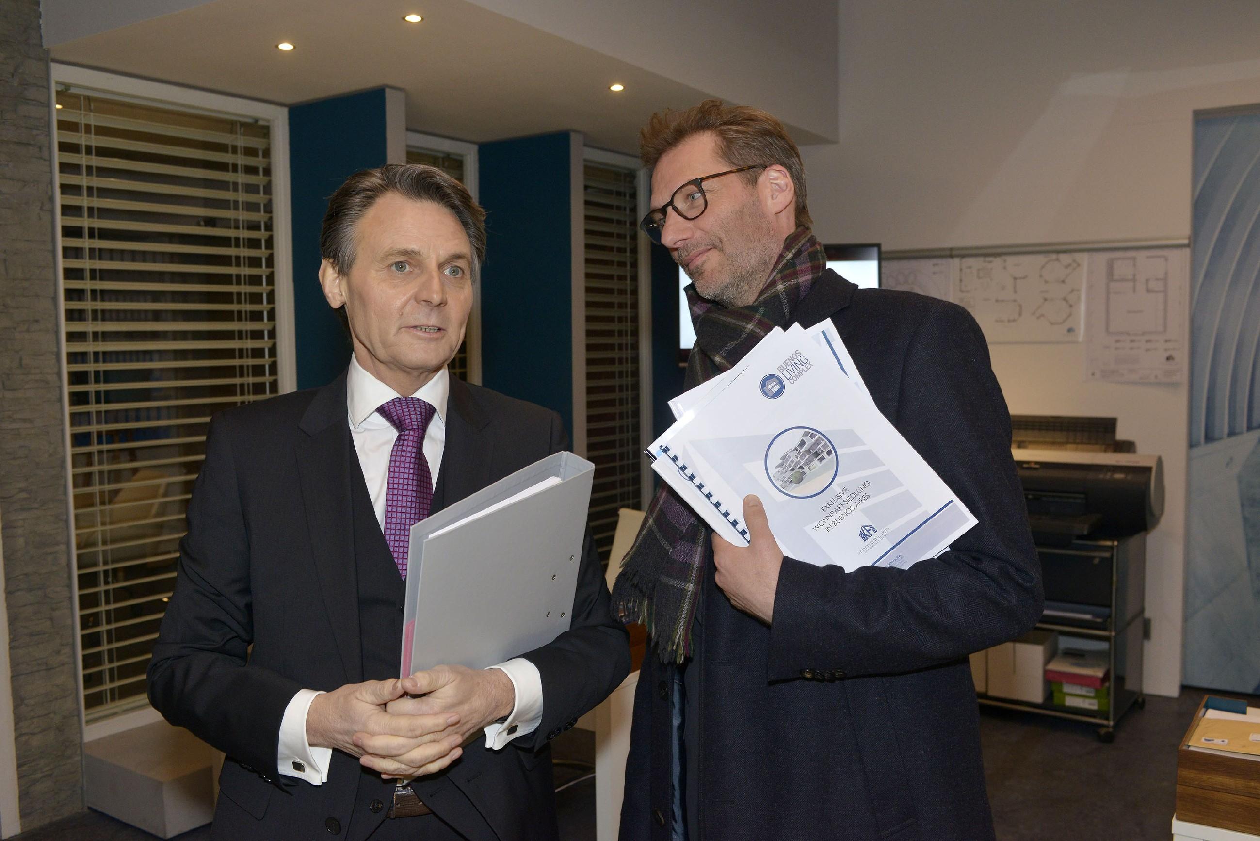 Jo Gerner (Wolfgang Bahro, l.) hadert vor Alexander (Clemens Löhr) mit seinen wahren Gefühlen für Elena. (Quelle: RTL / Rolf Baumgartner)