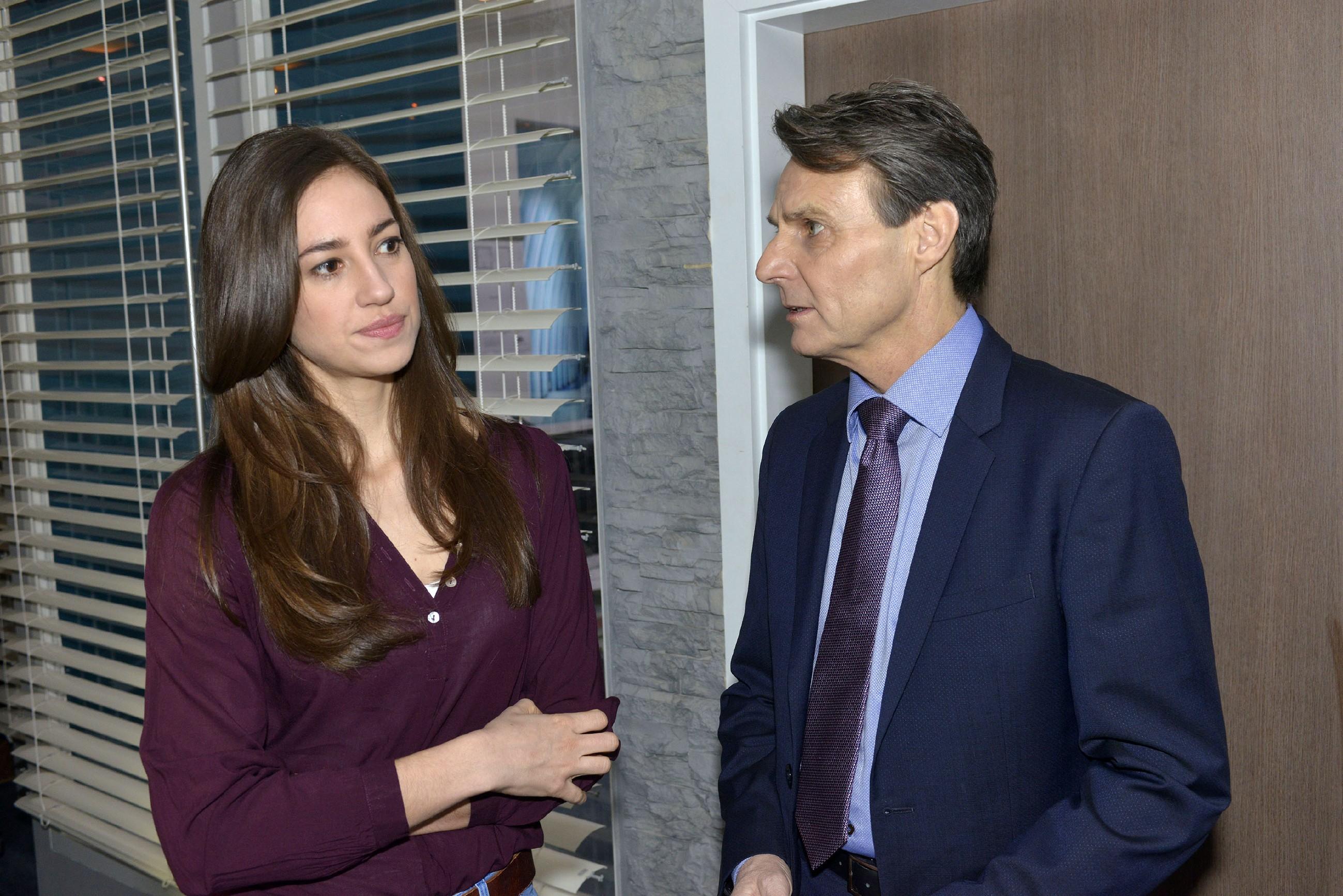 Nachdem seine Tochter unbewusst Gerners (Wolfgang Bahro) Zweifel an der Unmöglichkeit einer Beziehung mit Elena (Elena Garcia Gerlach) geschürt hat, geht er auf Abstand und bittet sie auszuziehen... (Quelle: RTL / Rolf Baumgartner)