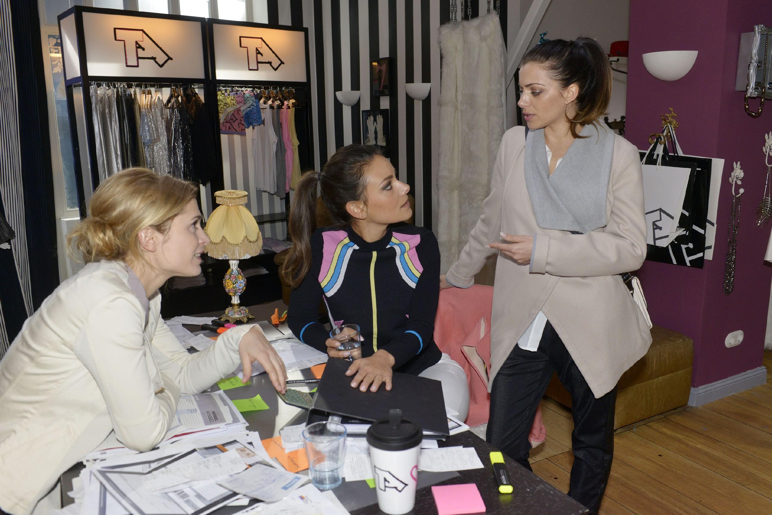Emily (Anne Menden, r.) hat Jasmin (Janina Uhse, M.) und Sophie (Lea Marlen Woitack) gegenüber ein schlechtes Gewissen, weil sie wegen Paul ihre Arbeit bei Tussi Attack vernachlässigt hat. (Quelle: RTL / Rolf Baumgartner)