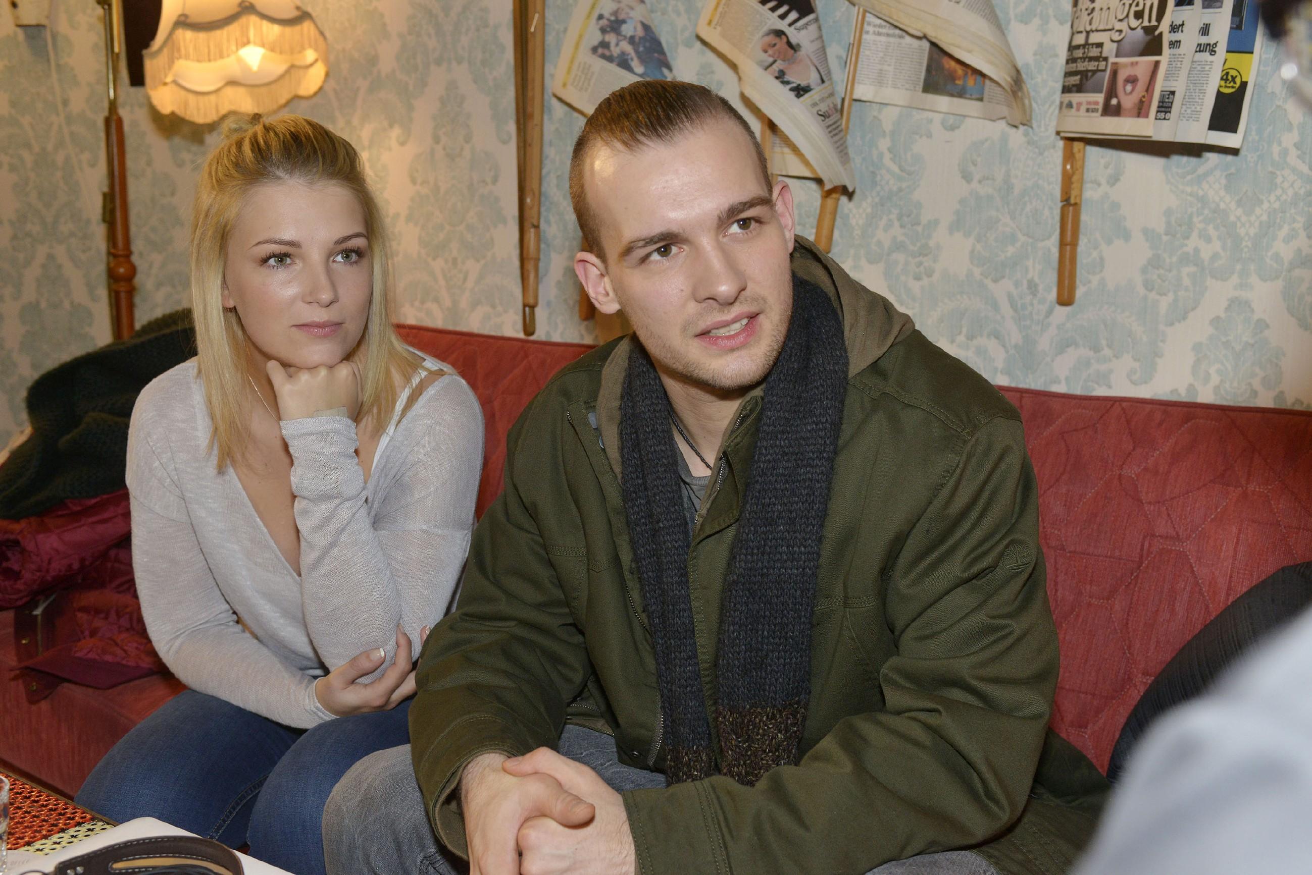 Lilly (Iris Mareike Steen) spürt, wie Chris (Eric Stehfest) allmählich daran verzweifelt, seine Unschuld nicht beweisen zu können. (Quelle: RTL / Rolf Baumgartner)