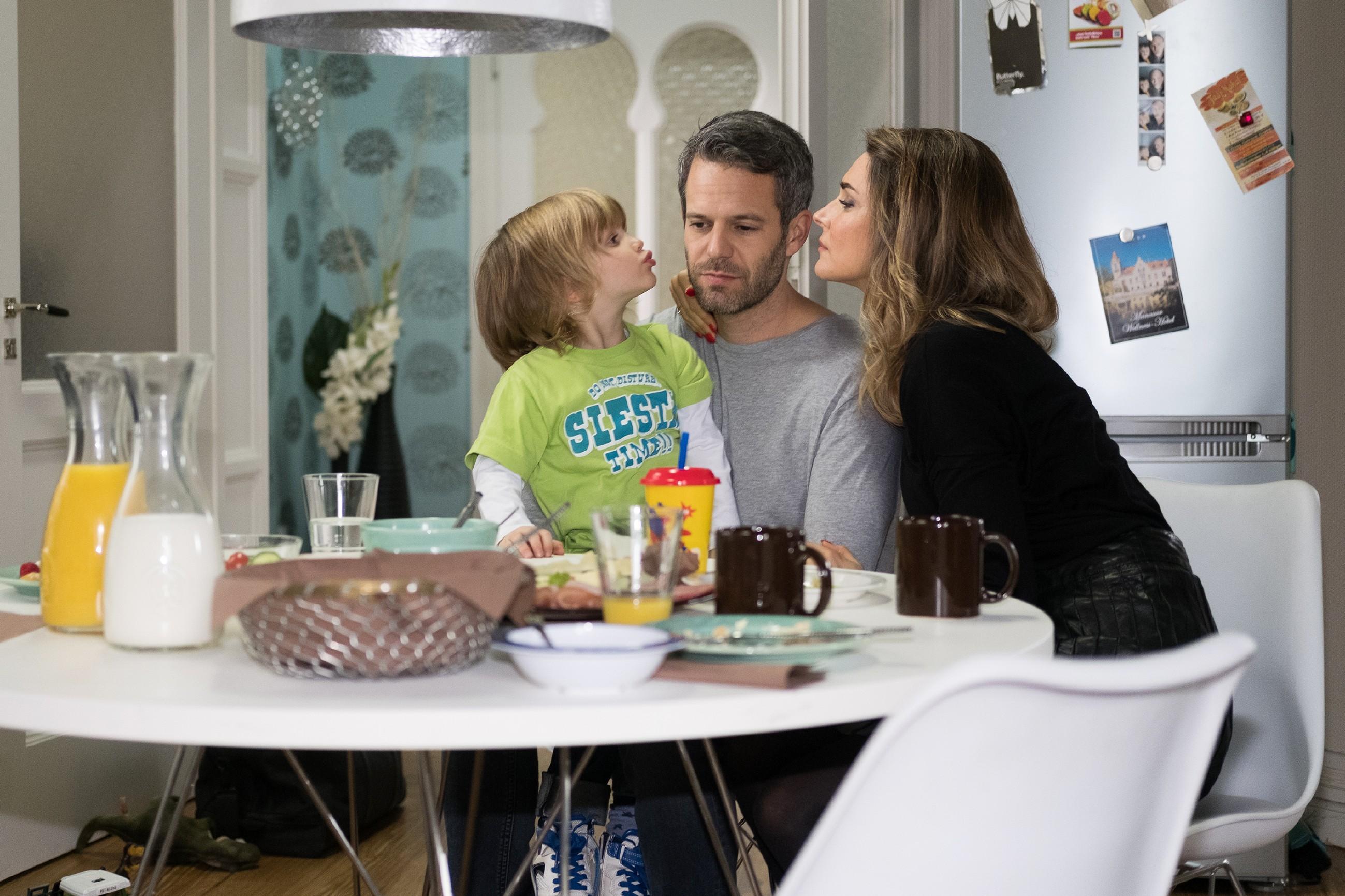 Till (Ben Ruedinger) ist gerührt über Evas (Claudelle Deckert) Loyalität und fühlt sich von Noah und ihr aufgefangen. (Quelle: RTL / Stefan Behrens)