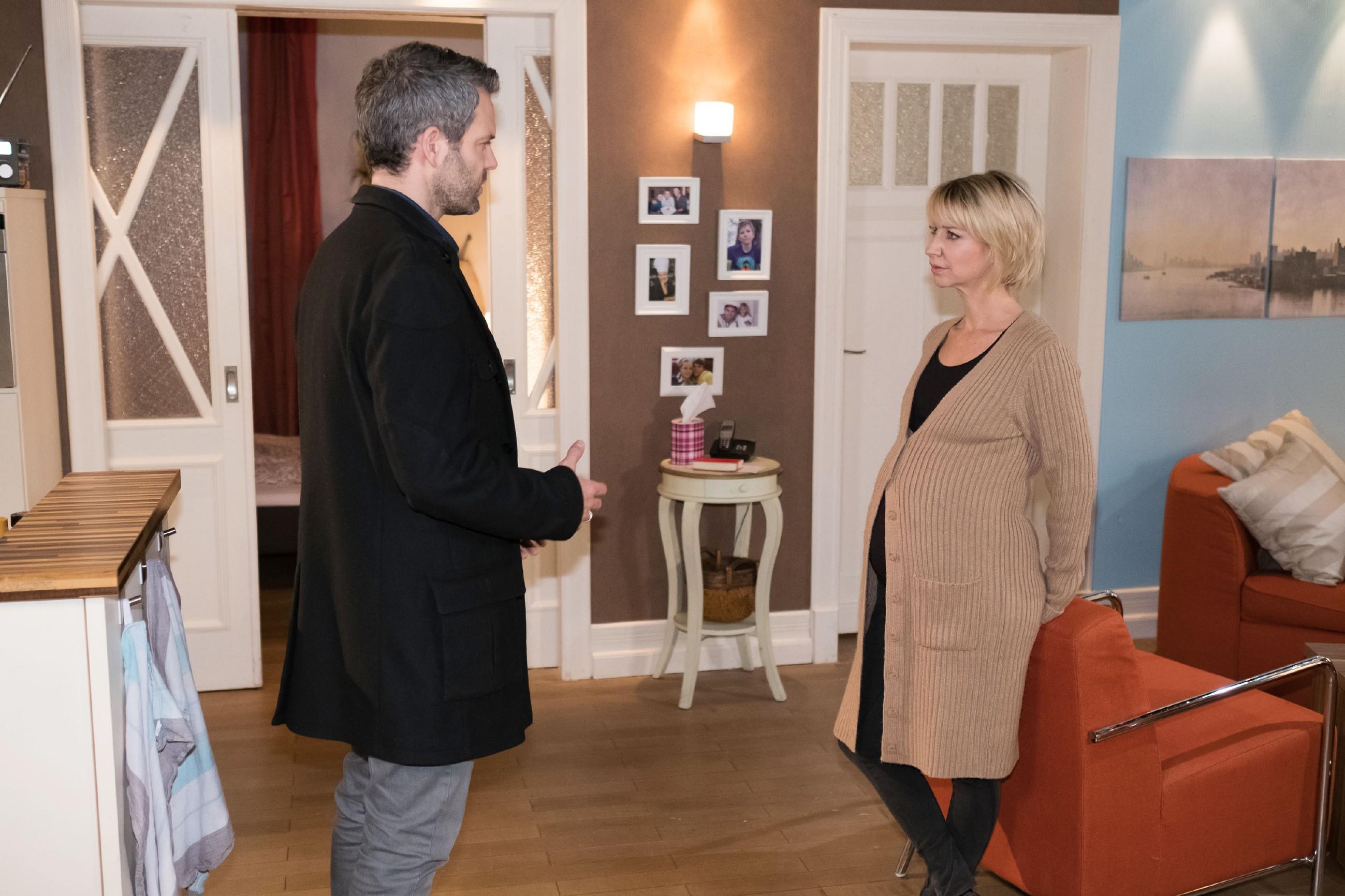Ute (Isabell Hertel) überrumpelt Till (Ben Ruedinger) mit der Frage, ob er ihr ungeborenes Baby liebt... (Quelle: RTL / Stefan Behrens)