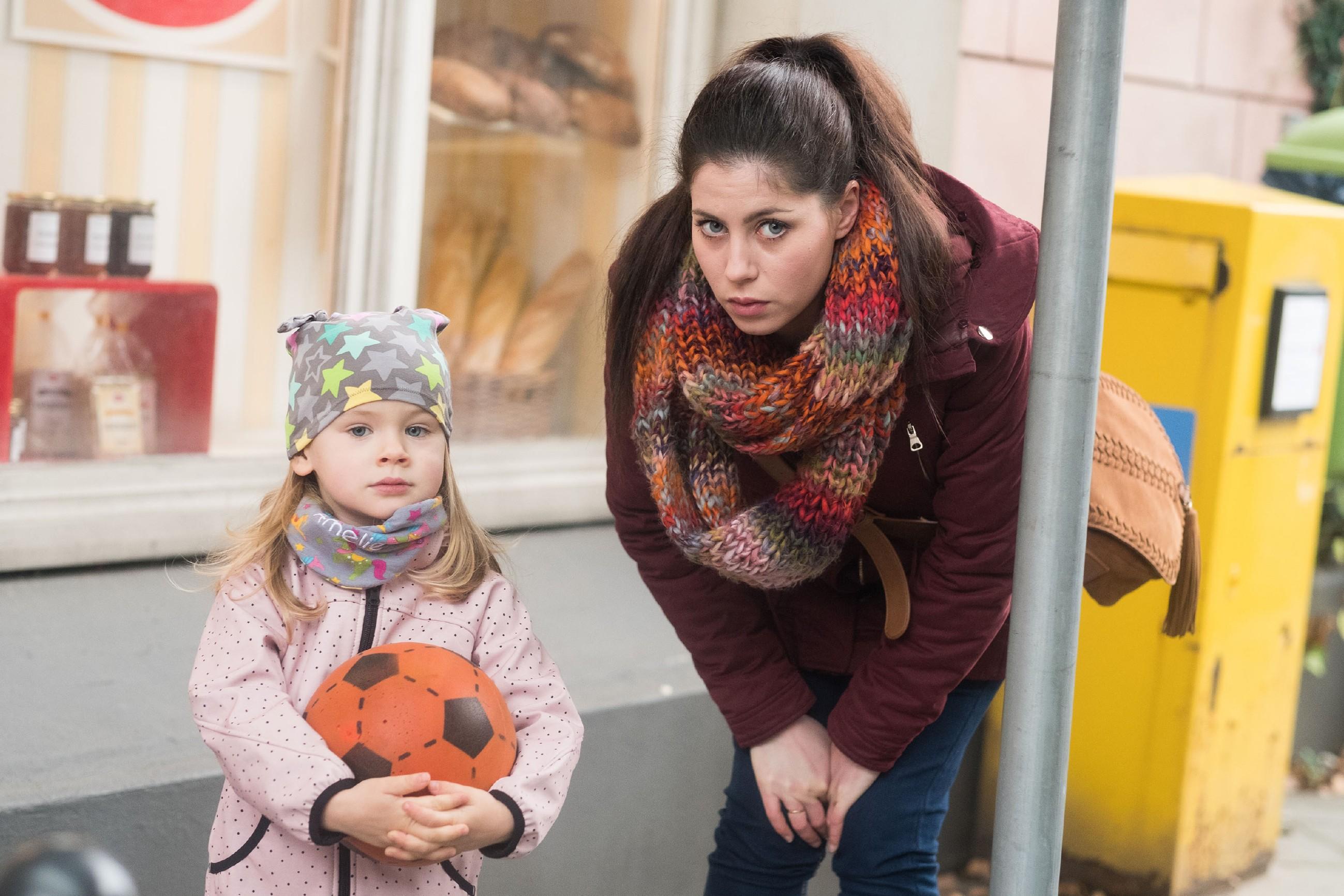 Im Beisein von Amelie (l.) überkommt Sina (Valea Katharina Scalabrino) der Verdacht, dass Lukas Bambi von dem Kuss erzählt hat. (Quelle: RTL / Stefan Behrens)