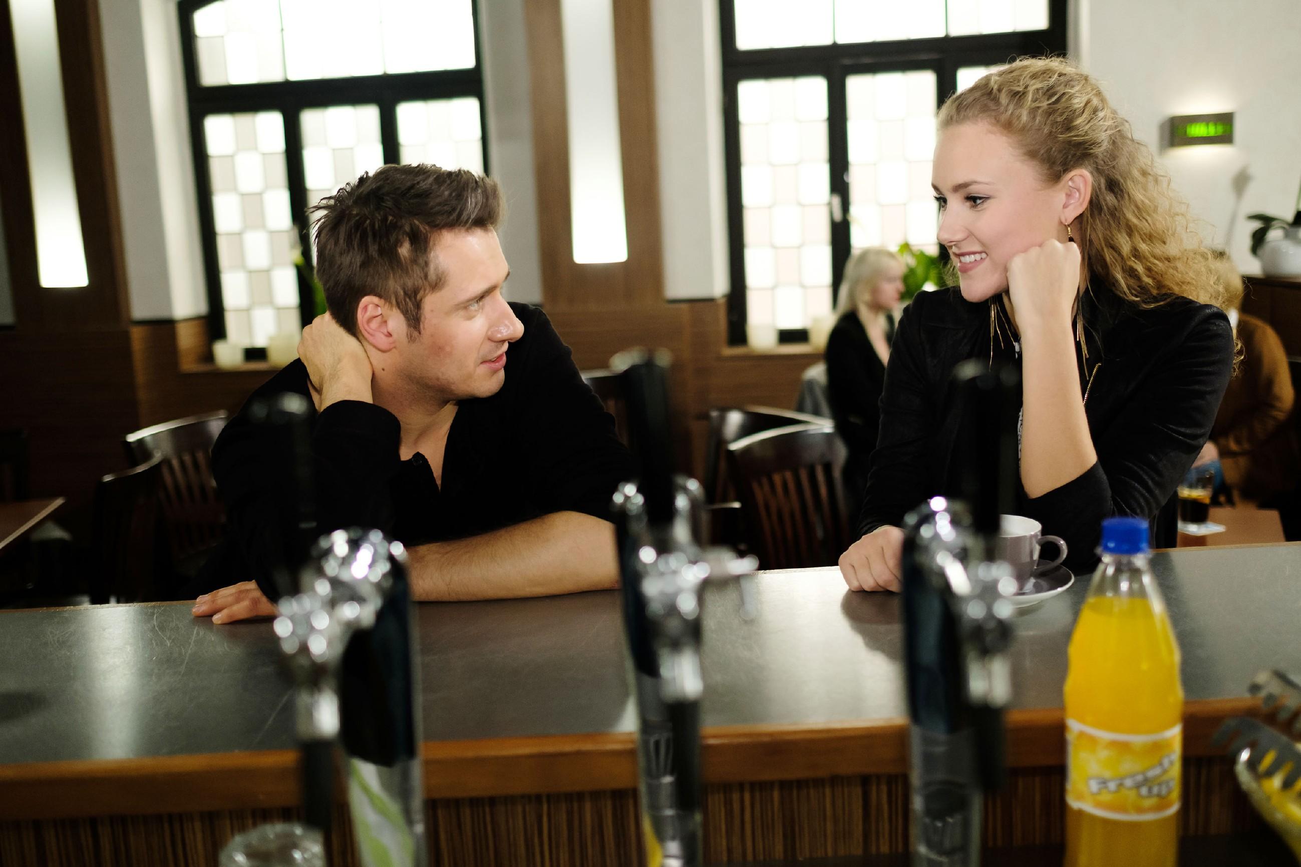 Lukas (Philipp Oliver Baumgarten) bekommt von KayC (Pauline Angert) den Rat, dass er sich nach dem Kuss bei Sina zurückhalten soll. (Quelle: RTL / Stefan Behrens)