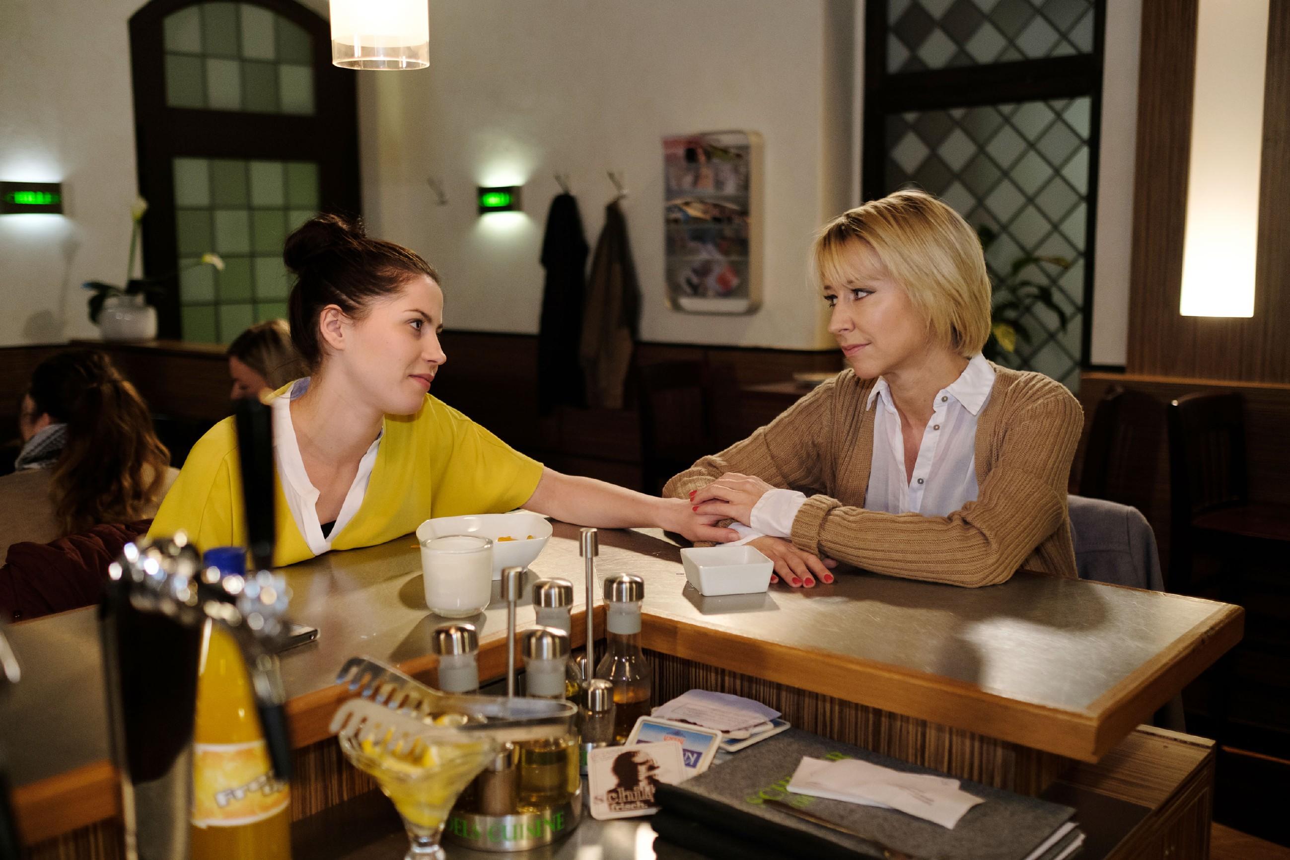 Ute (Isabell Hertel, r.) gibt Sina (Valea Katharina Scalabrino) gegenüber zu, dass sie sich noch nicht bereit für die Geburt fühlt. (Quelle: RTL / Stefan Behrens)