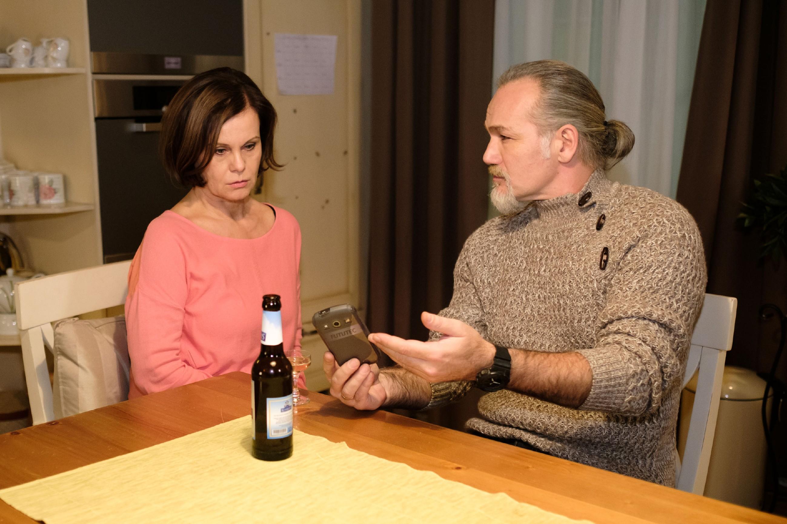 Robert (Luca Maric) erfährt in Irenes (Petra Blossey) Gegenwart böse überrascht, dass die Insolvenz von Huber-Bau nicht mehr abzuwenden ist. (Quelle: RTL / Stefan Behrens)