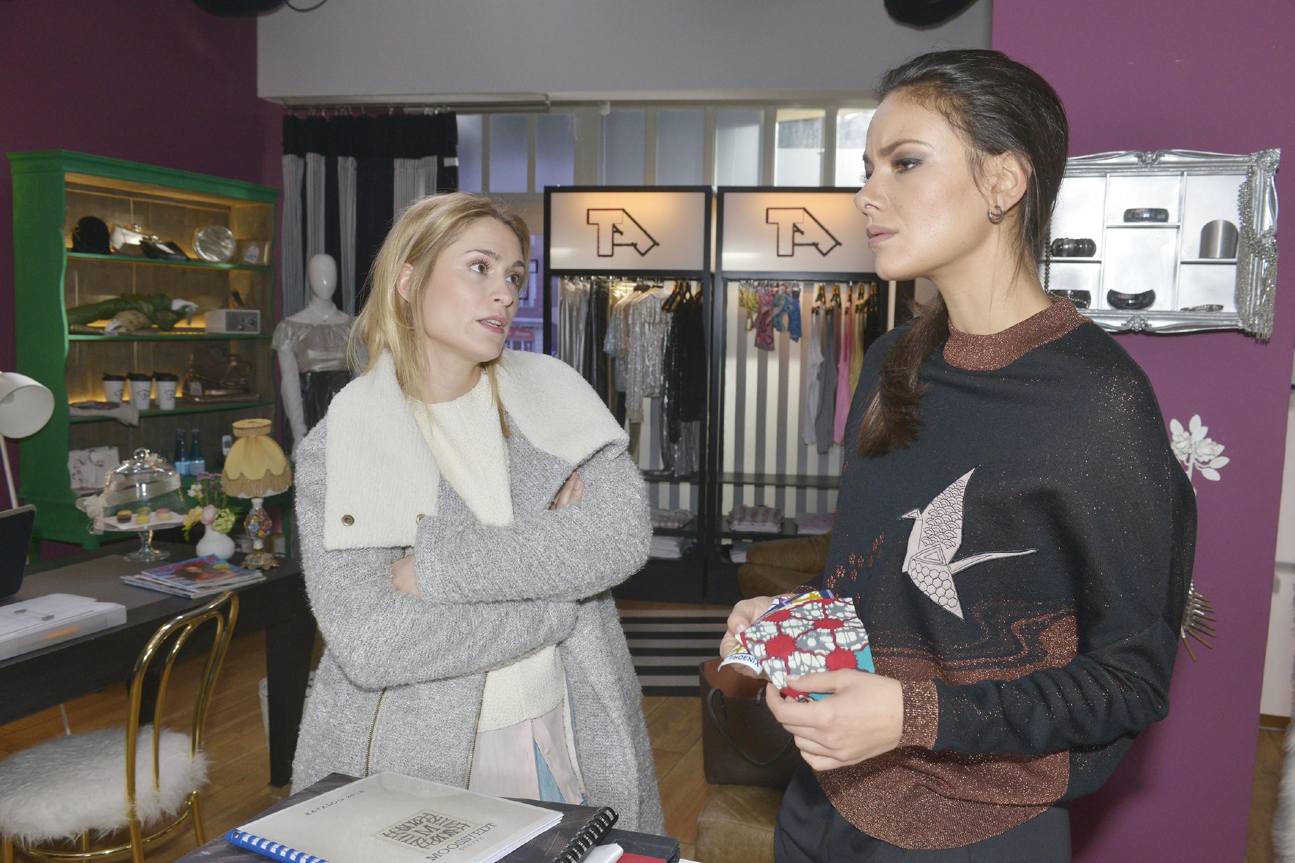 Jasmin (Janina Uhse, r.) überlegt mit Sophie (Lea Marlen Woitack), wie sie Katrin auf andere Gedanken bringen könnte. (Quelle: RTL / Rolf Baumgartner)