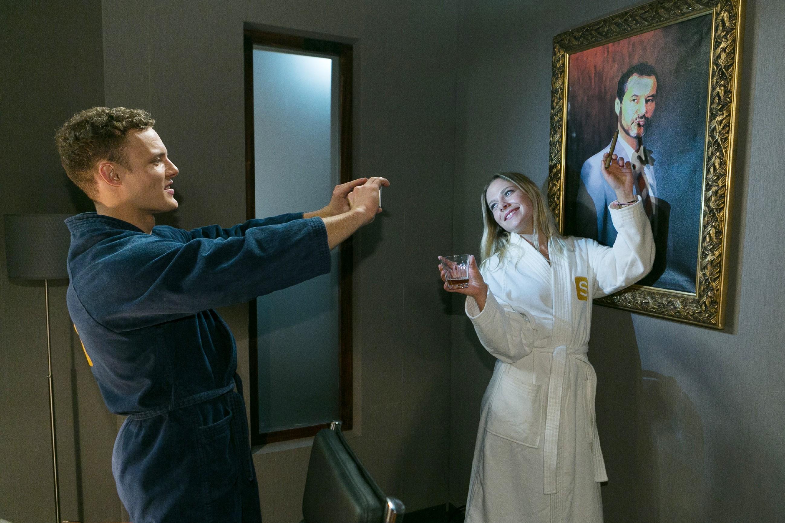 Als Tim (Robert Maaser) und Marie (Cheyenne Pahde) ausgelassen herumalbern, beschädigt Marie versehentlich Richards Gemälde... (Quelle: RTL / Kai Schulz)