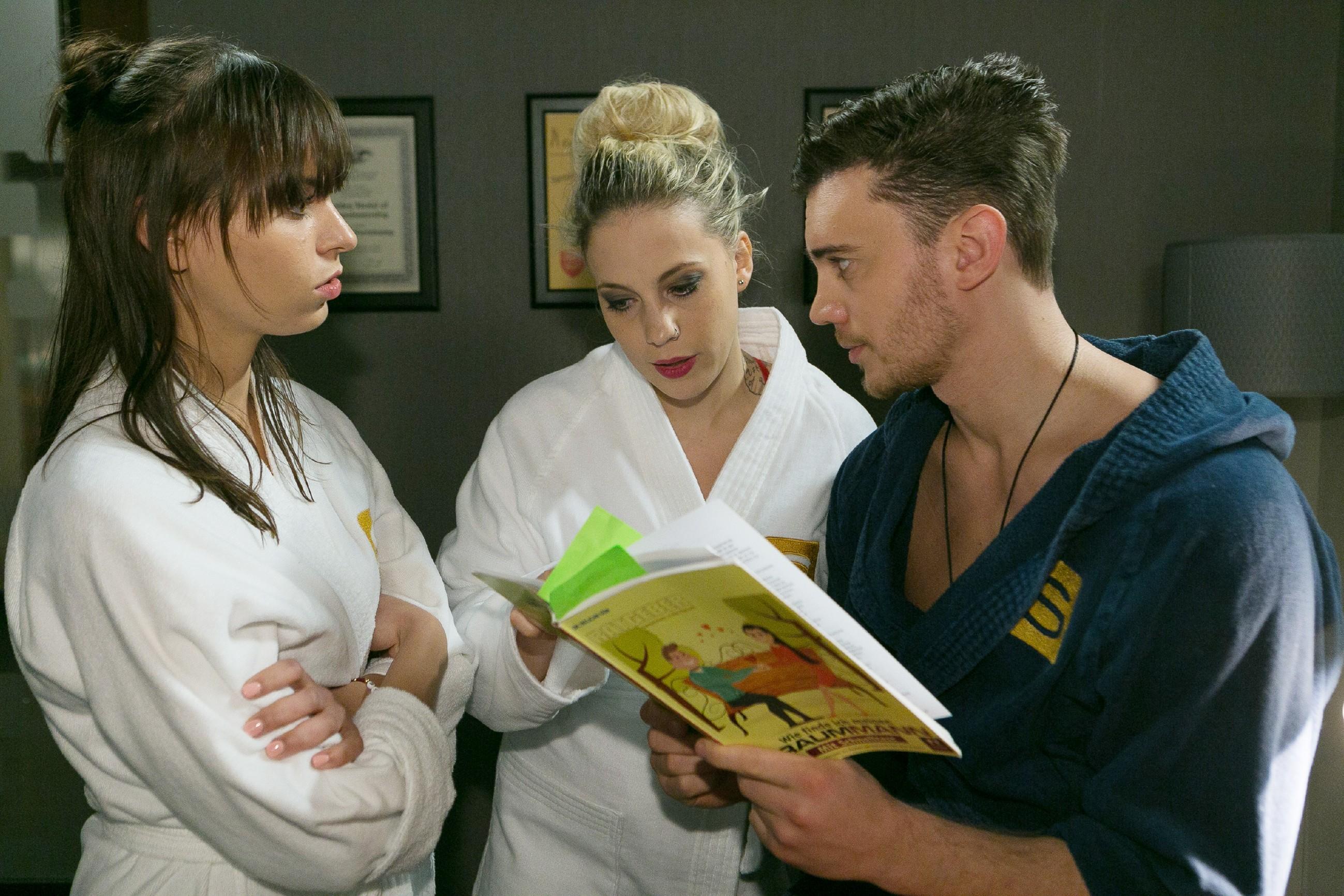 Michelle (Franziska Benz, l.) und Iva (Christina Klein) setzen mit Ronny (Bela Klentze) die Party in Richards Büro fort und Ronny gibt die Testergebnisse aus dem Partnerschaftstest bekannt. (Quelle: RTL / Kai Schulz)
