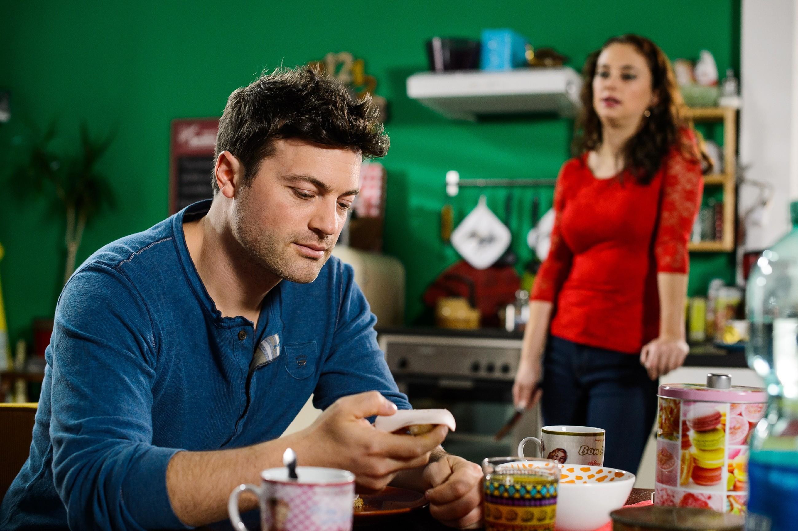 Während Carmen (Heike Warmuth) sich unglücklich fragt, was sie noch alles tun muss, damit Simone ihr glaubt, dass sie kein Verhältnis mit Richard hat, sieht Ben (Jörg Rohde) das Problem allein bei Richard und Simone und rät Carmen zu Abstand.(Quelle: Foto: RTL / Willi Weber)