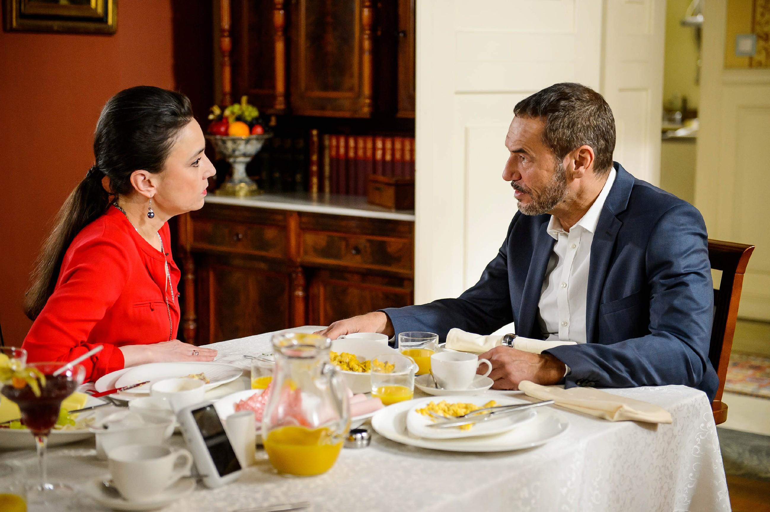 Als Richard (Silvan-Pierre Leirich) Simone (Tatjana Clasing) in Maximilians V-Mann Tätigkeit einweiht, ist diese überzeugt, dass Maximilian Vincent zu Unrecht beschuldigt. (Quelle: RTL / Willi Weber)