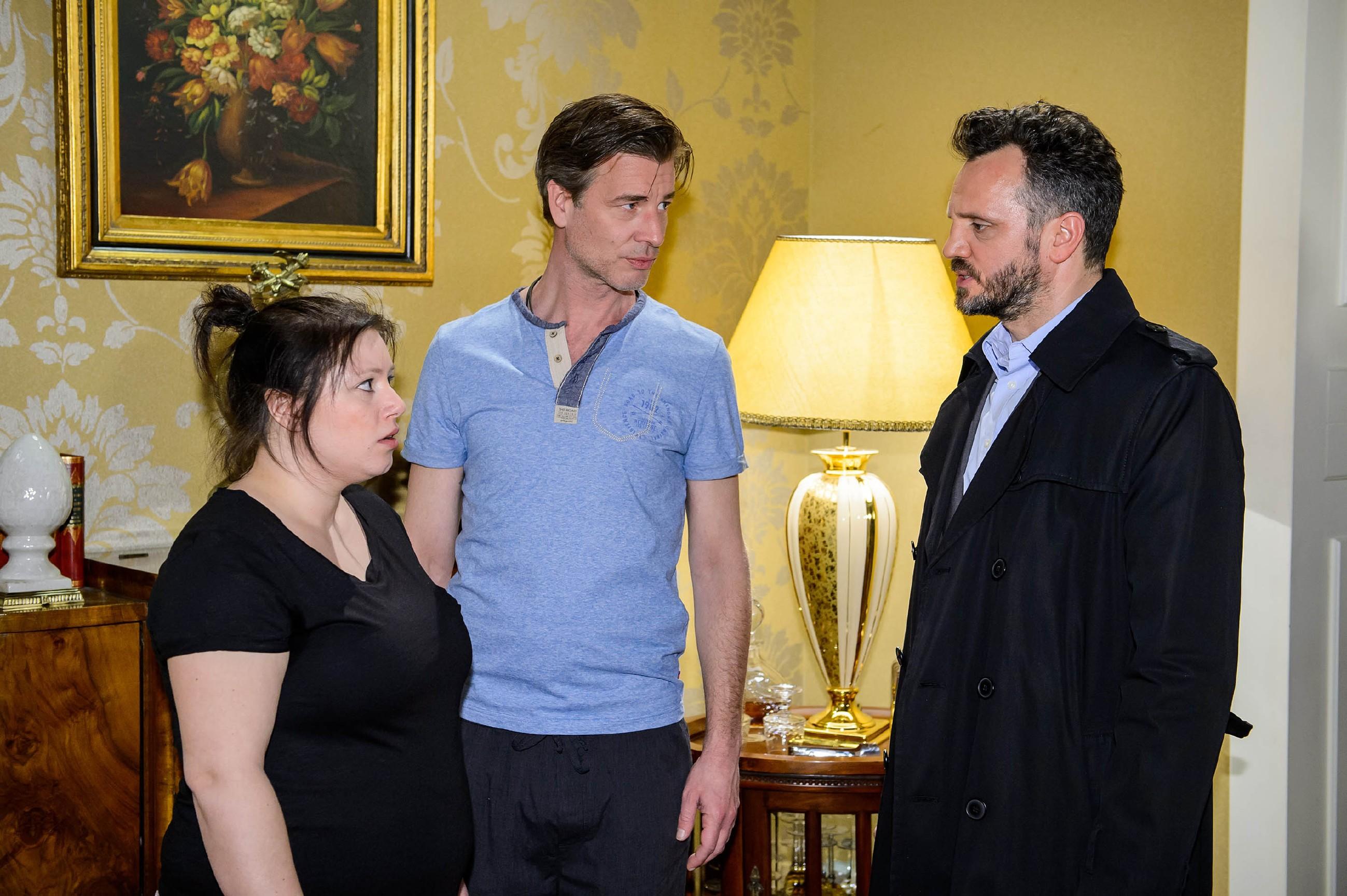 Vanessa (Julia Augustin) und Christoph (Lars Korten, M.) sind geschockt, als sie von Kriminalrat Burger (Roland Silbernagl) erfahren, dass Maximilian Hohnert umgebracht haben soll. (Quelle: RTL / Willi Weber)