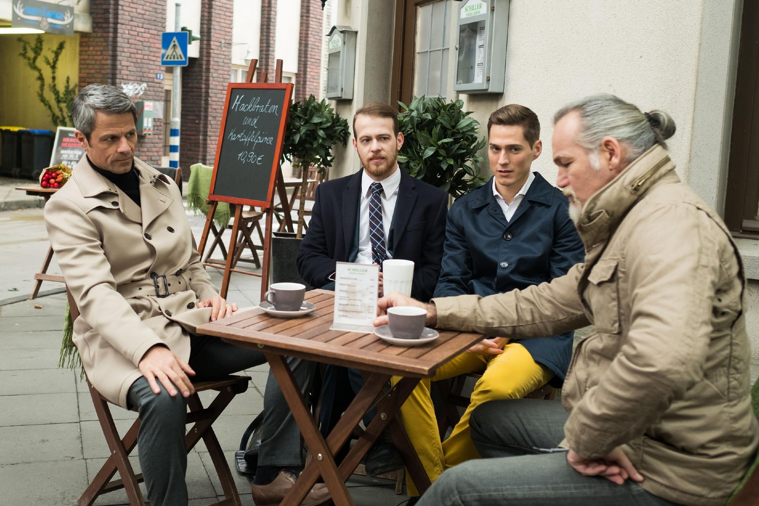V.l.: Benedikt (Jens Hajek) wird in Gegenwart von Tobias (Patrick Müller), Ringo (Timothy Boldt) und Robert (Luca Maric) nervös klar, dass sich die Befürchtungen wegen Opitz bewahrheiten. (Quelle: RTL / Stefan Behrens)