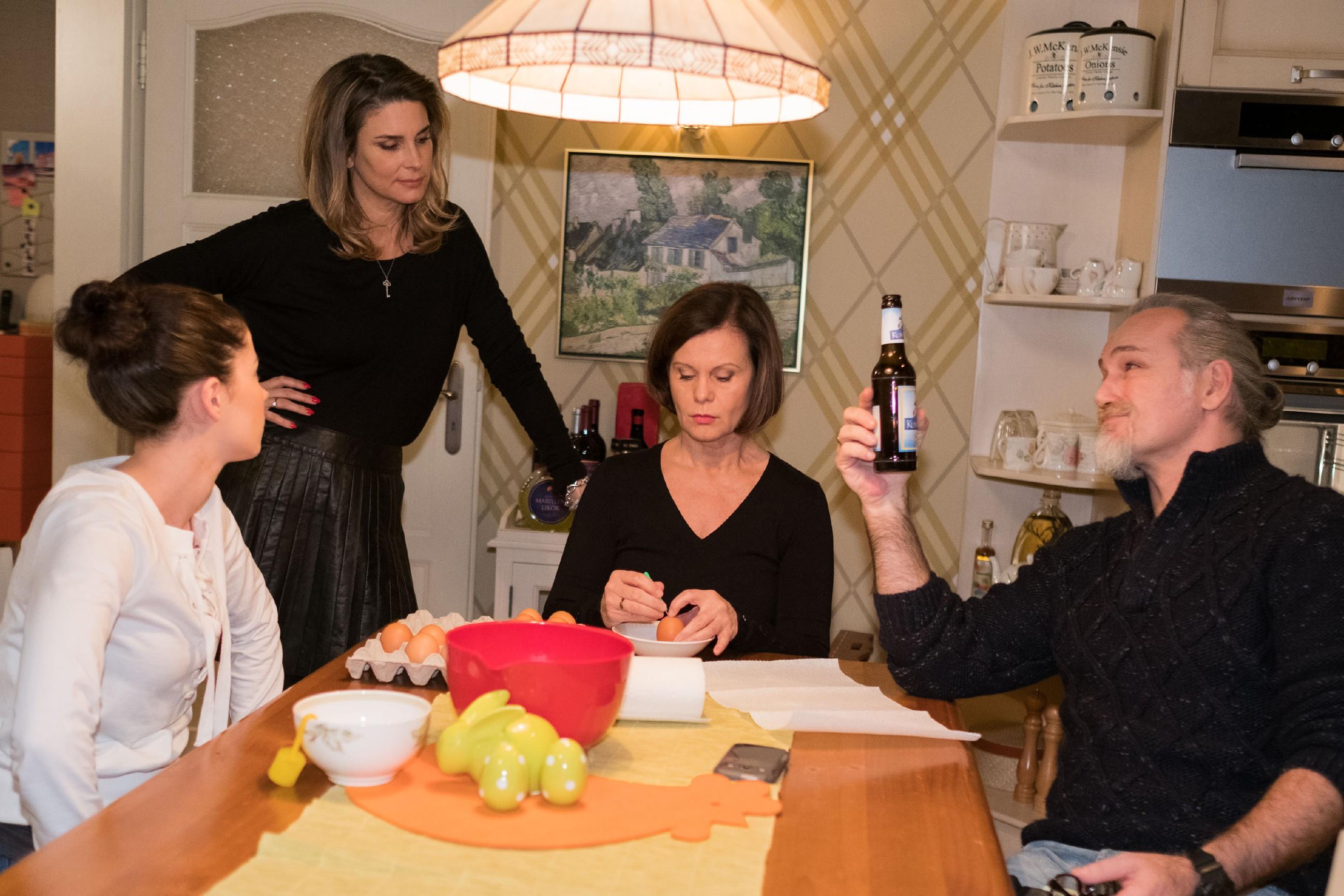 Irene (Petra Blossey, M.) tritt im Beisein von Sina (Valea Katharina Scalabrino, l.) und Robert (Luca Maric) schweren Herzens die Osterfestvorbereitungen an die unterforderte Eva (Claudelle Deckert) ab. (Quelle: RTL / Stefan Behrens)