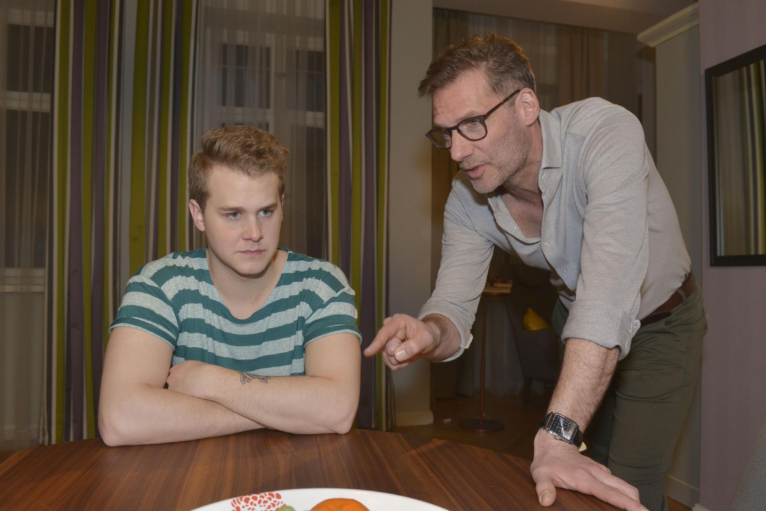 Alexander (Clemens Löhr, r.) konfrontiert Jonas (Felix van Deventer) mit seiner Lüge bezüglich seines Abiturs. (Quelle: RTL / Rolf Baumgartner)