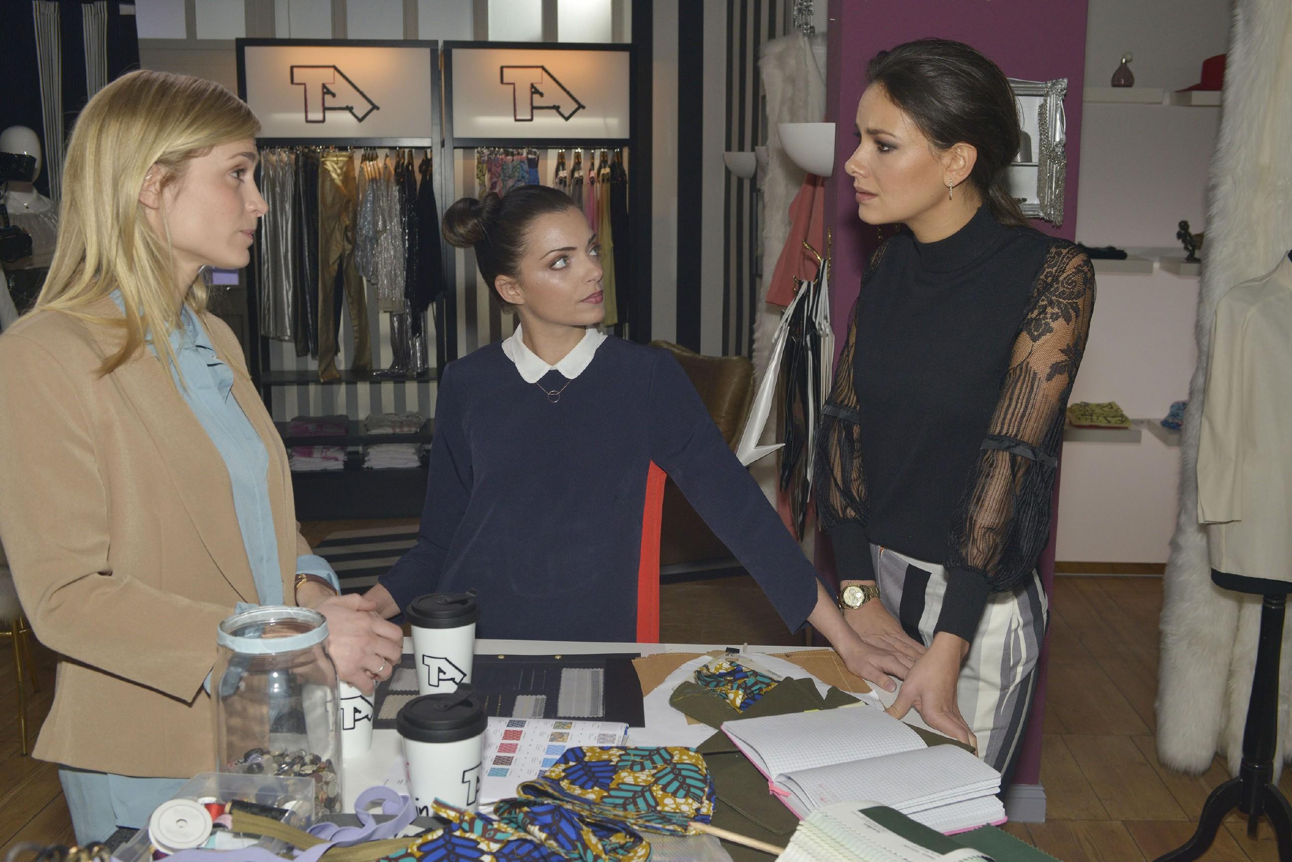 Sophie (Lea Marlen Woitack, l.) und Jasmin (Janina Uhse, r.) sind mit Emilys (Anne Menden) Alleingängen alles andere als einverstanden. (Quelle: RTL / Rolf Baumgartner)