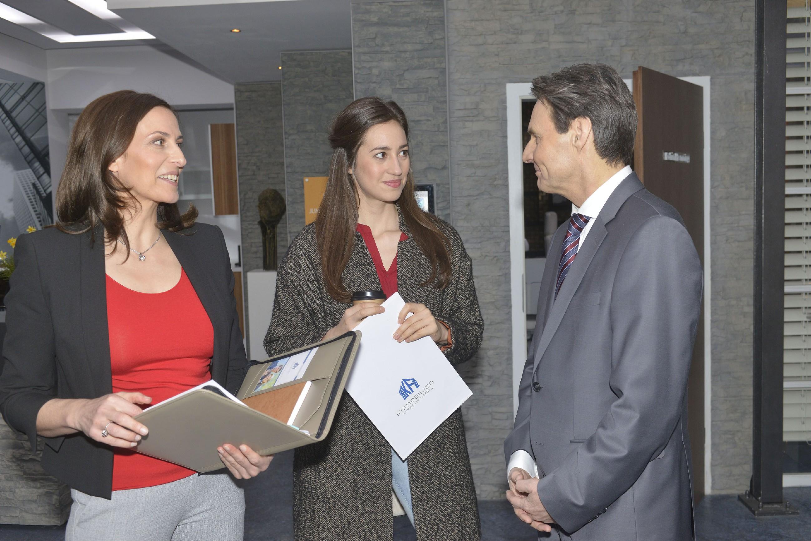 Katrin (Ulrike Frank, l.) entgeht nicht, dass Elena (Elena Garcia Gerlach) und Gerner (Wolfgang Bahro) sich nähergekommen sind. (Quelle: RTL / Rolf Baumgartner)
