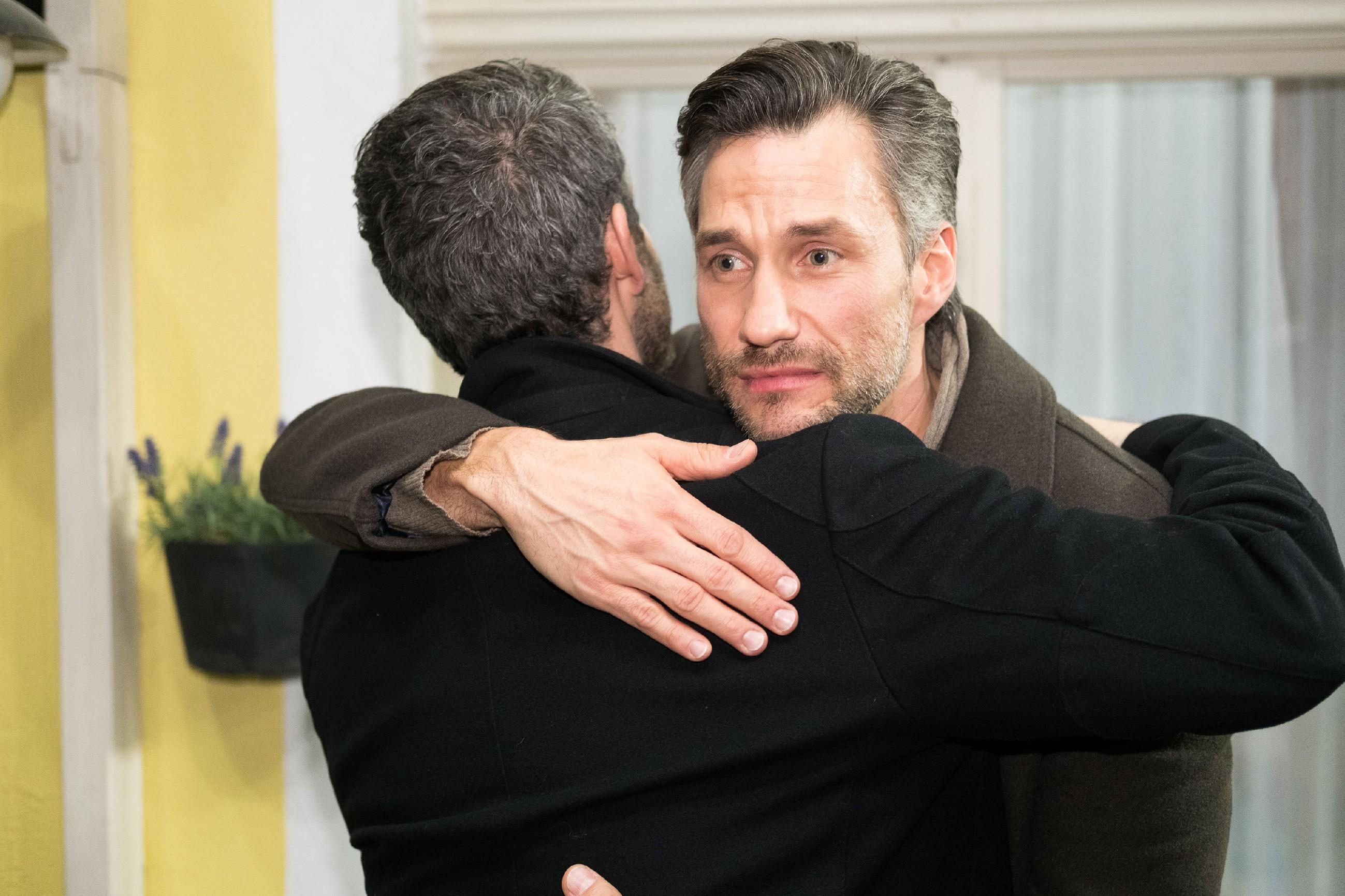 """Till (Ben Ruedinger, l.) rührt Malte (Stefan Bockelmann), als er seine Vaterschaft an ihn """"übergibt"""". (Quelle: RTL / Stefan Behrens)"""