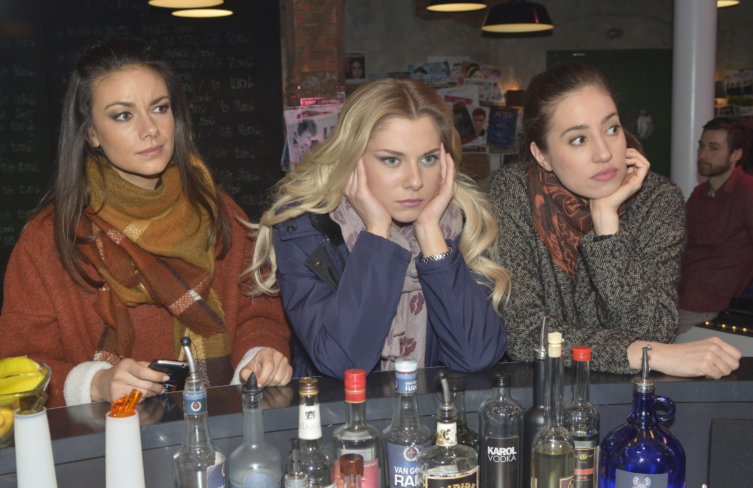 Jasmin (Janina Uhse, l.), Sunny (Valentina Pahde, M.) und Elena (Elena Garcia Gerlach) haben sich den Junggesellinnenabschied anders vorgestellt: Nach dem Diebstahl des Verlobungsrings ist die Laune dahin. (Quelle: RTL / Rolf Baumgartner)