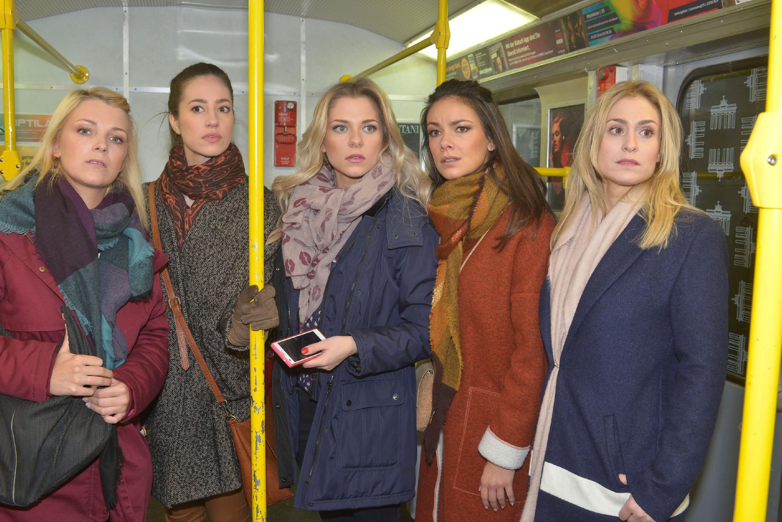 Lilly (Iris Mareike Steen, l.), Elena (Elena Garcia Gerlach, 2.v.l.), Jasmin (Janina Uhse, 2.v.r.) und Sophie (Lea Marlen Woitack, r.) können nicht fassen, dass Sunnys (Valentina Pahde) Verlobungsring geklaut wurde. (Quelle: RTL / Rolf Baumgartner)